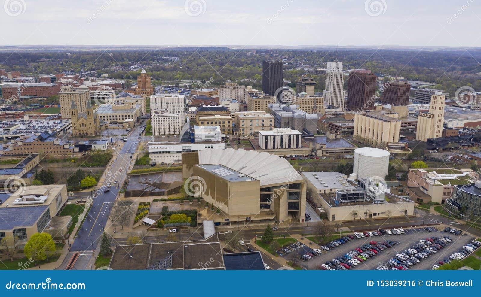 As nuvens brancas macias aparecem após a tempestade da chuva em Akron do centro Ohio