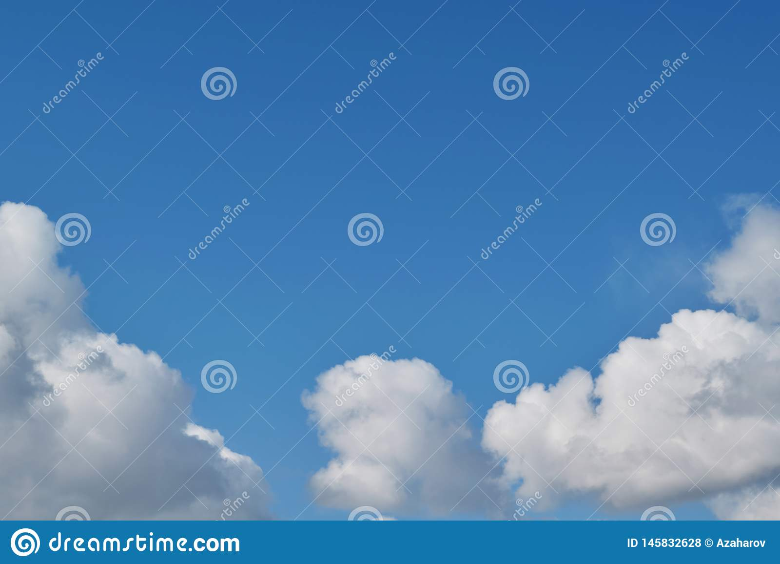As nuvens de cúmulo brancas macias dos céus azuis arranjaram sob a forma de um arco