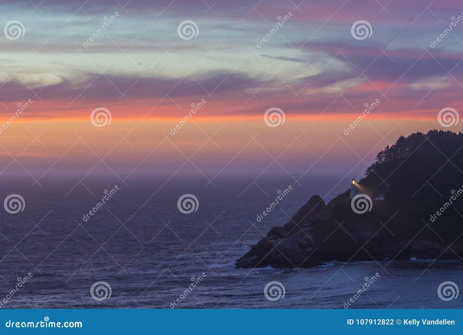 As nuvens refletem o por do sol sobre a cabeça de Heceta