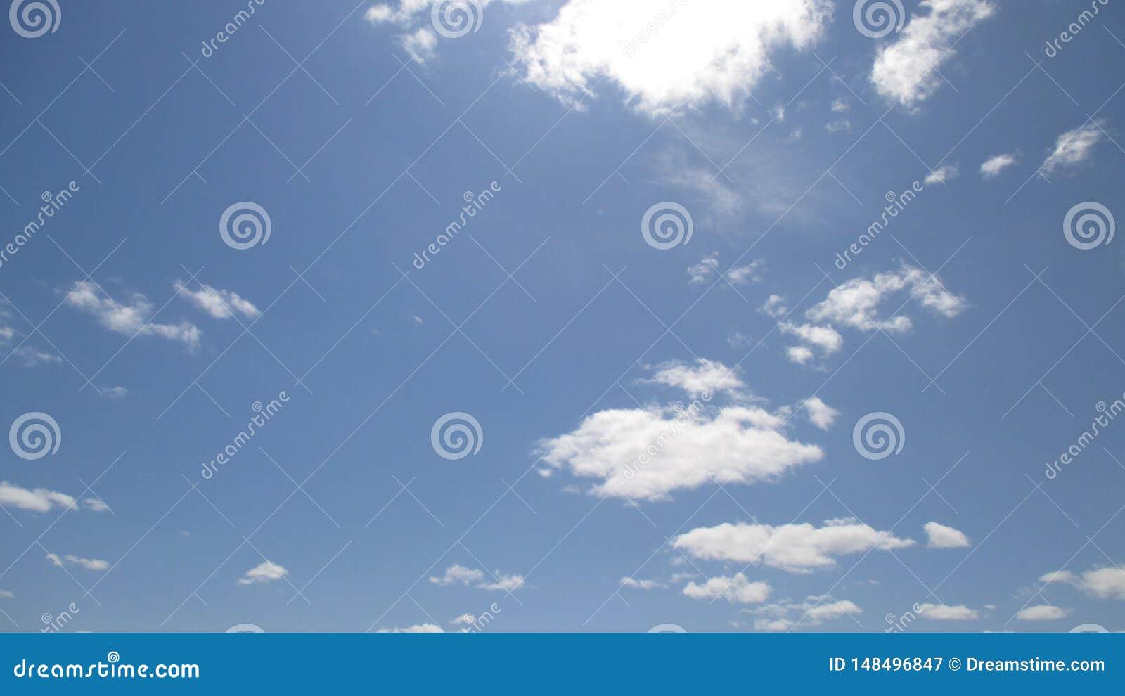 As nuvens são um flutuador tão bonito fascinante do espetáculo