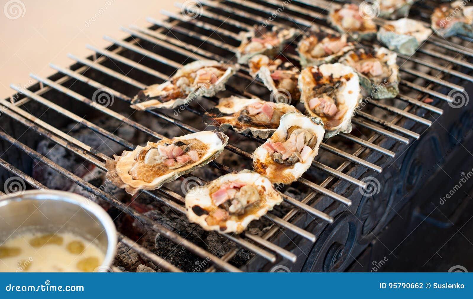 As ostras são cozinhadas na grade