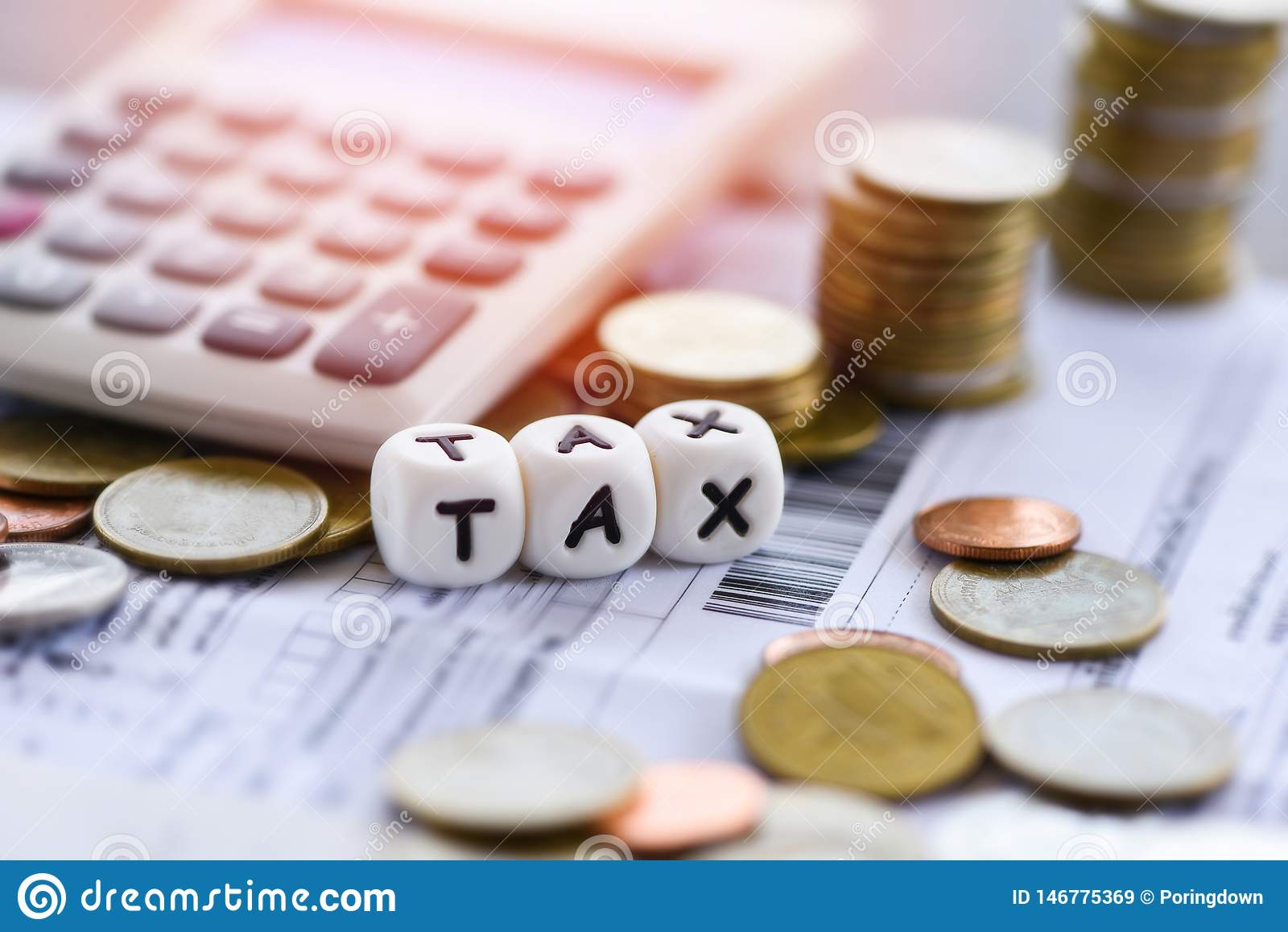 As palavras e a calculadora do imposto empilharam moedas no papel da conta da fatura para o enchimento do imposto do tempo