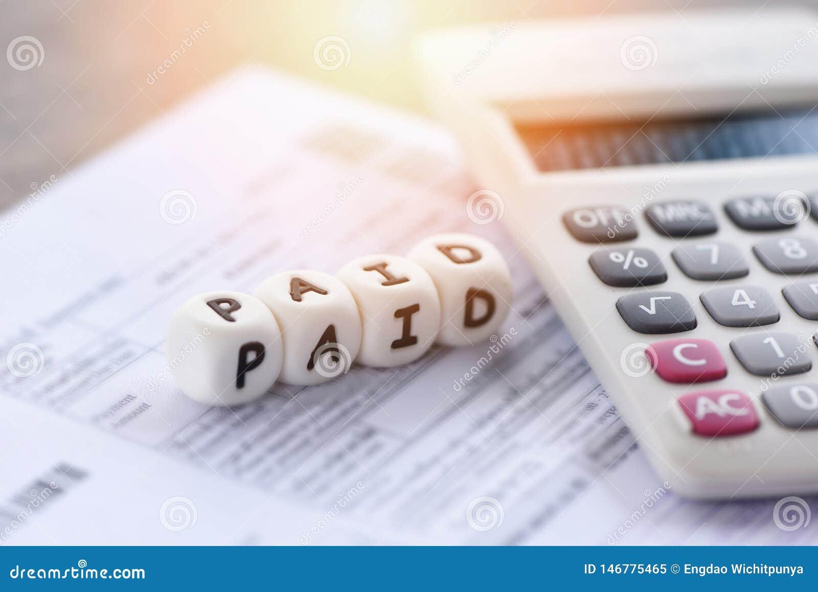 As palavras pagas e o papel da conta da fatura da calculadora pelo tempo pagaram o pagamento em finanças do negócio do escritório