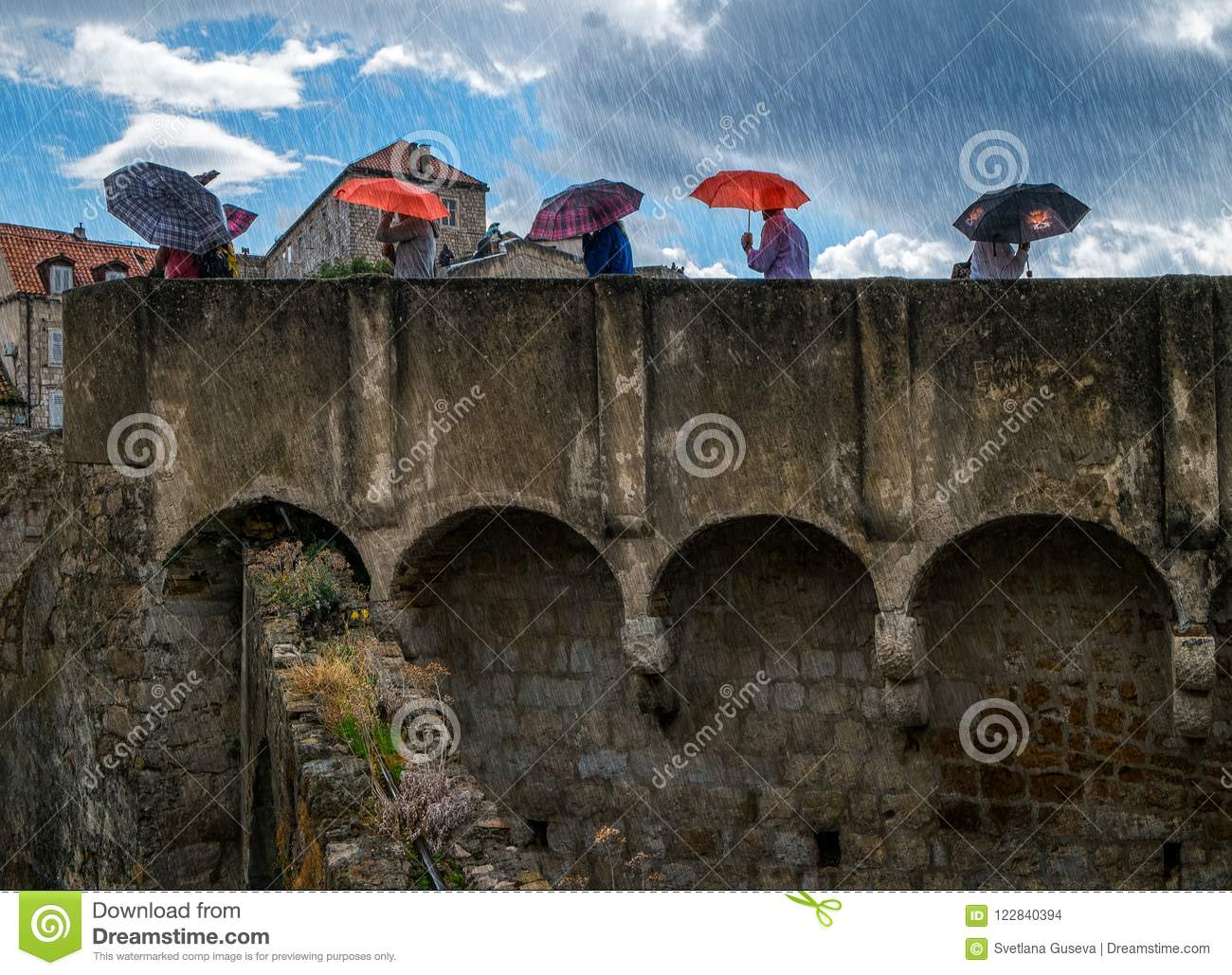As paredes do Dubrovnik Guarda-chuvas e chuva Croácia