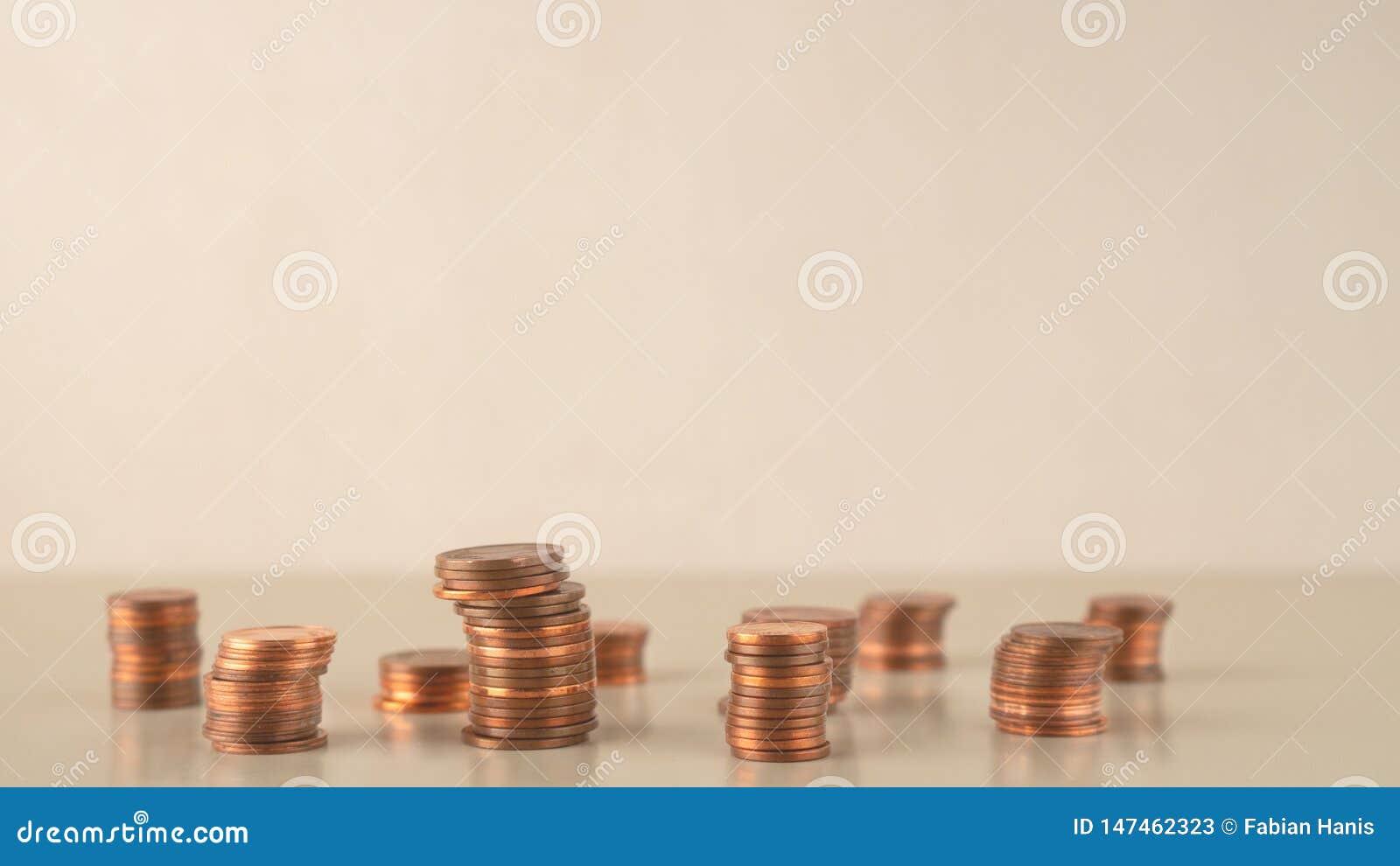 As pilhas da moeda diferentes levantam, negócio da gestão de riscos financeiro e o investimento, copia o espaço
