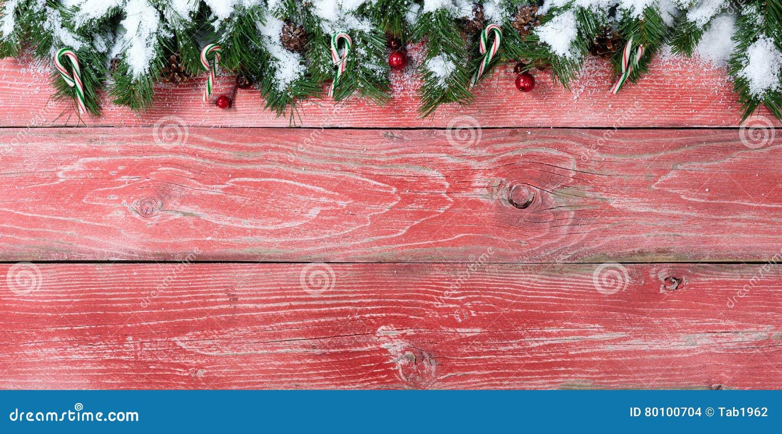 As placas de madeira vermelhas rústicas com abeto nevado ramificam para o Natal s