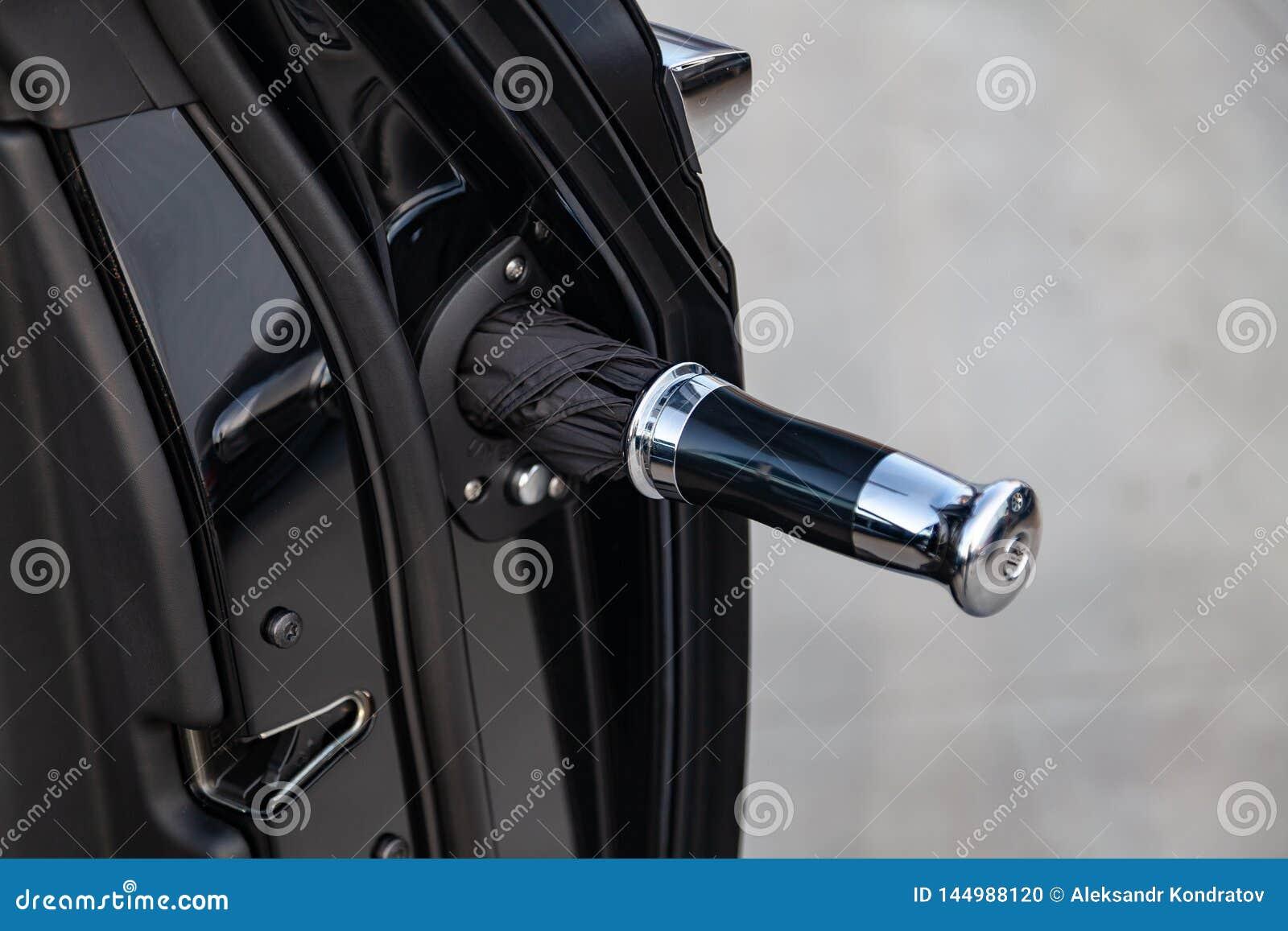 As portas abertas cromam a vista com o guarda-chuva de novo um carro luxuoso muito caro de Rolls Royce Phantom, uma limusina pret