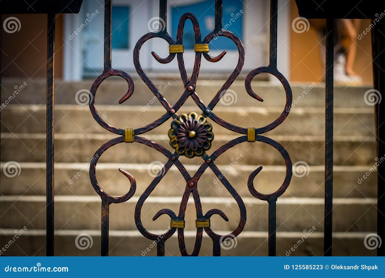 As portas do ferro forjado, forjamento decorativo, clos forjados dos elementos