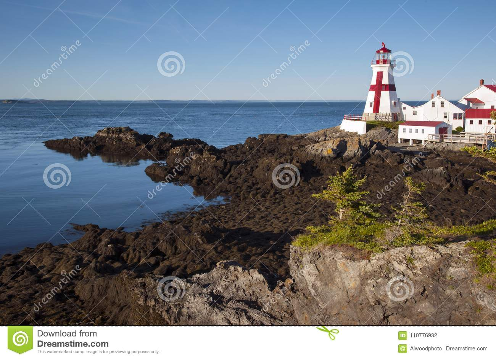 As rochas escorregadiços conduzem ao farol canadense