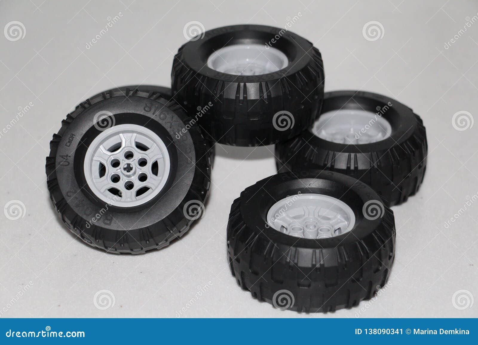 As rodas são removidas do carro, as rodas são brinquedo de borracha