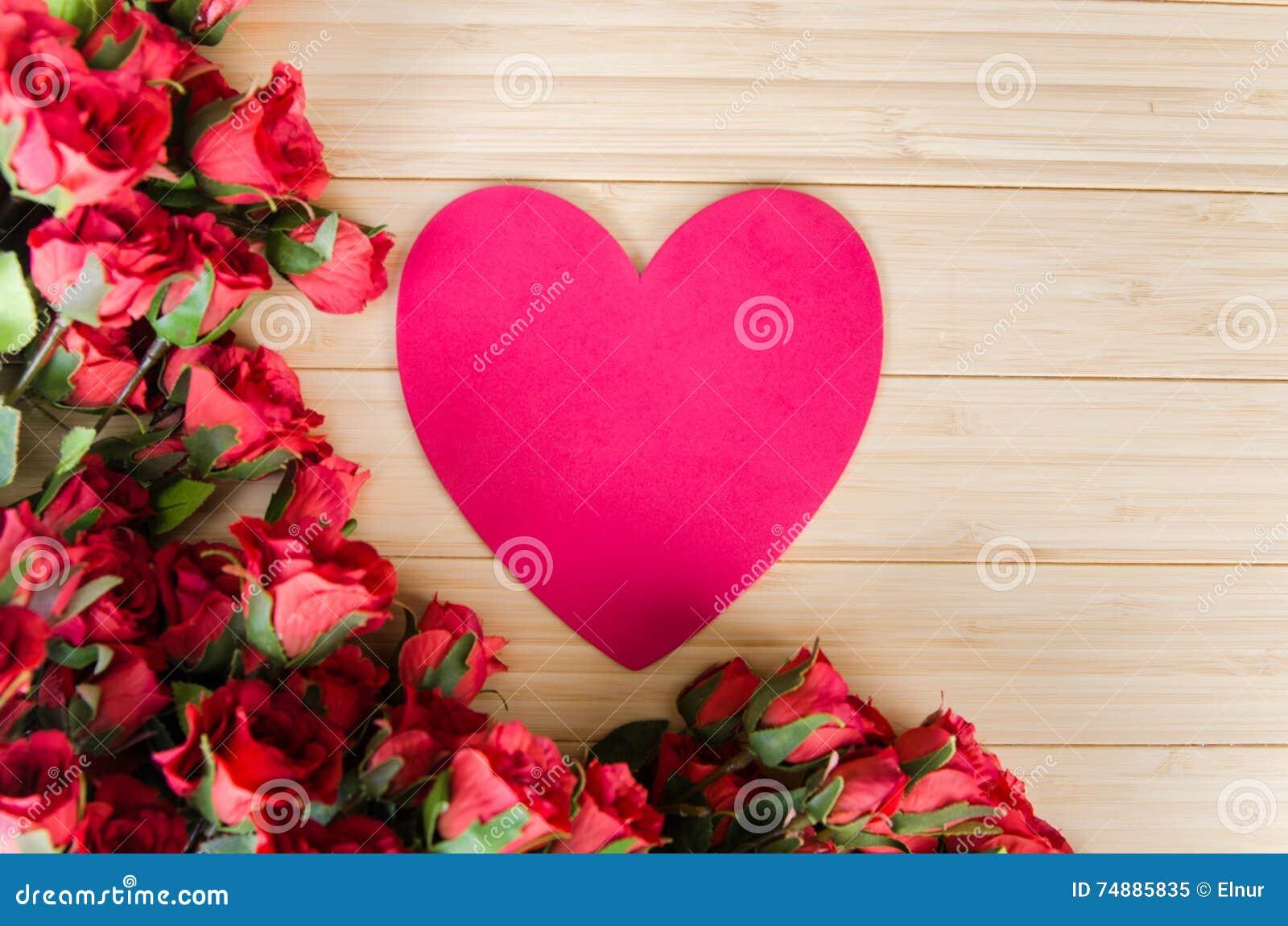 As rosas e o coração dão forma ao cartão para sua mensagem
