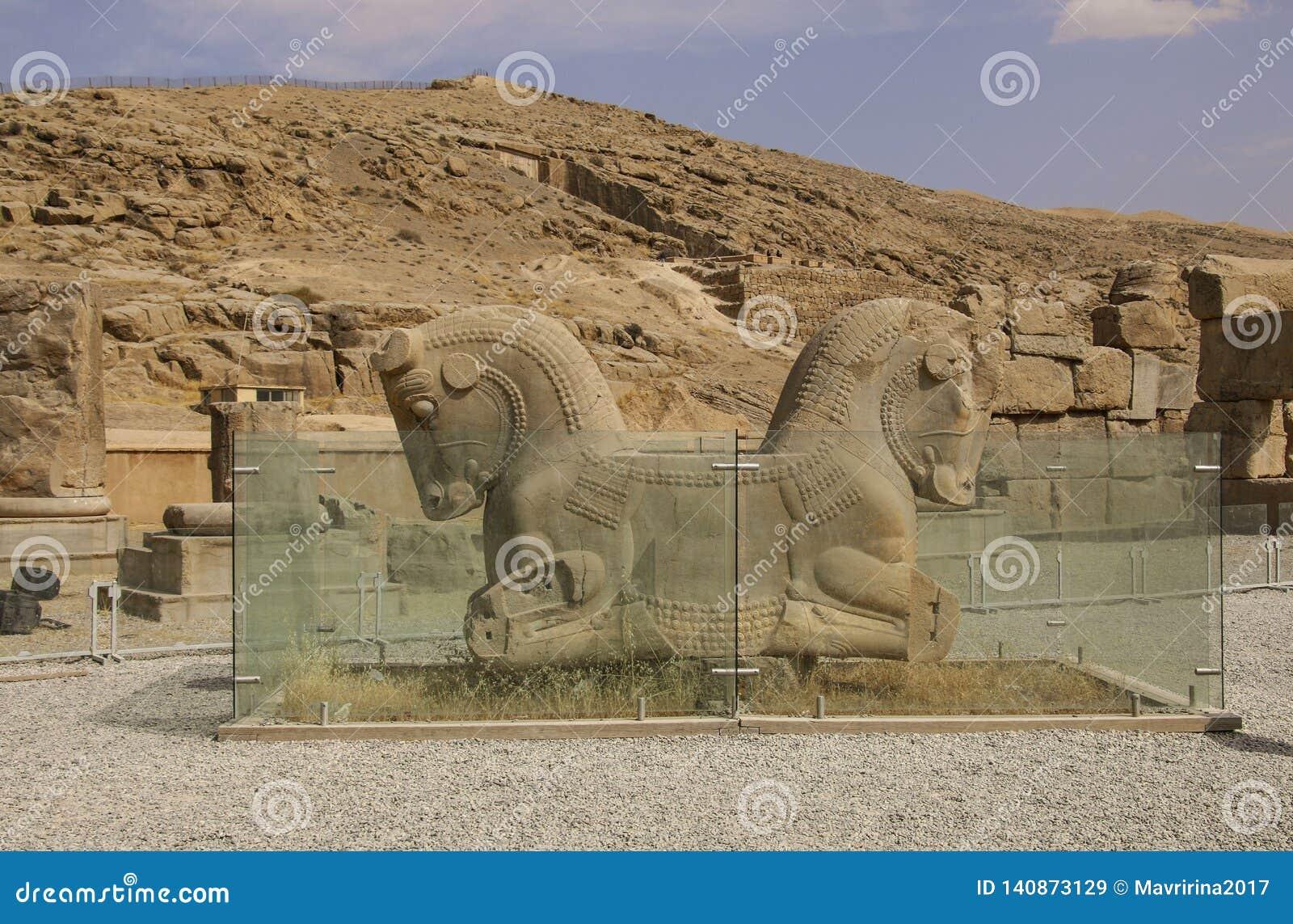As ruínas antigas do complexo de Persepolis, capital cerimonial famoso da Pérsia antiga, Irã