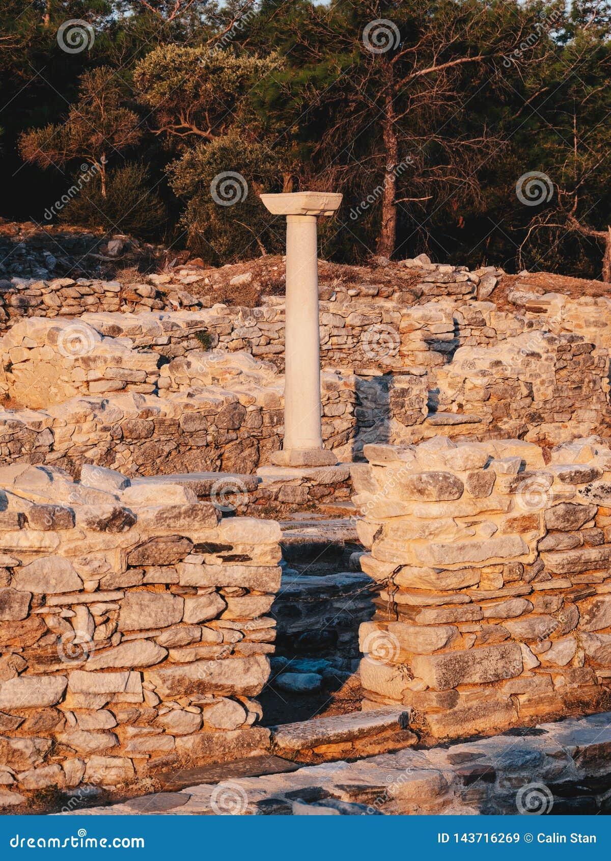 As ruínas gregas velhas da civilização no porto do mármore de Aliki na ilha central de Thasos, Grécia
