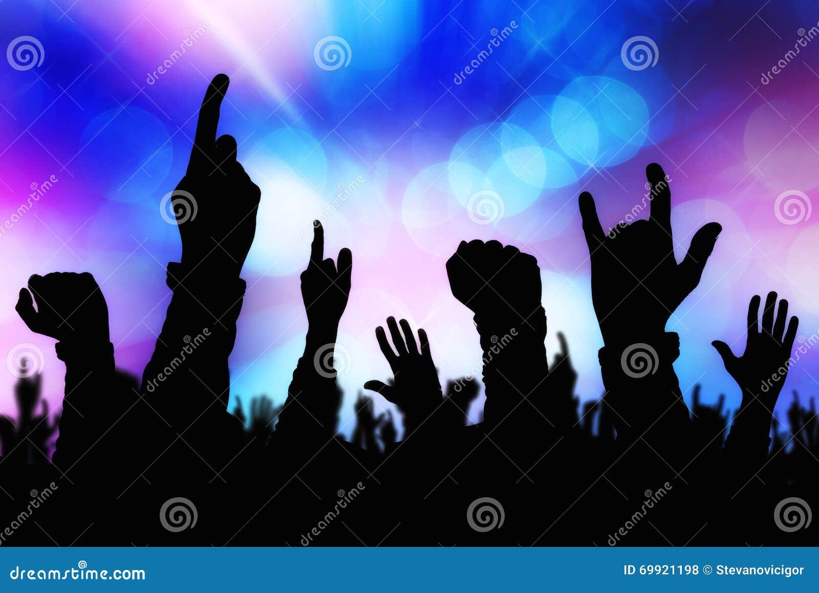 As silhuetas do concerto aglomeram as mãos que apoiam a faixa na fase