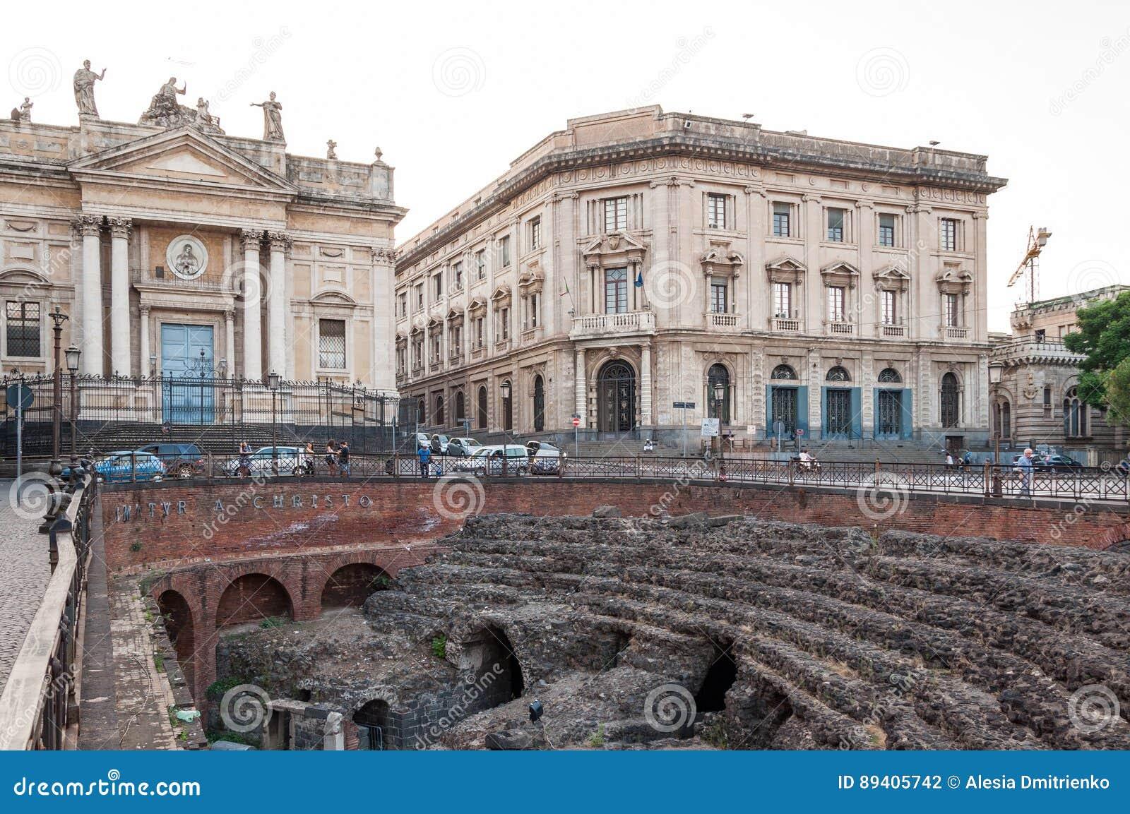 As sobras do anfiteatro romano no Stesicoro esquadram em Catania, Itália