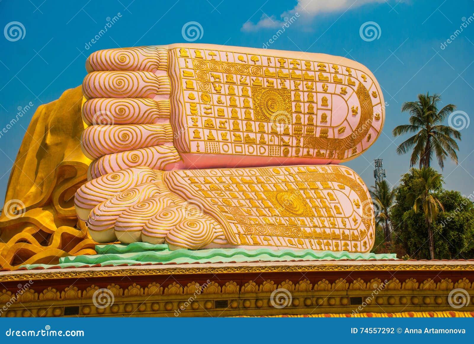 As solas dos pés Mya Tha Lyaung Reclining Buddha Bago Myanma burma