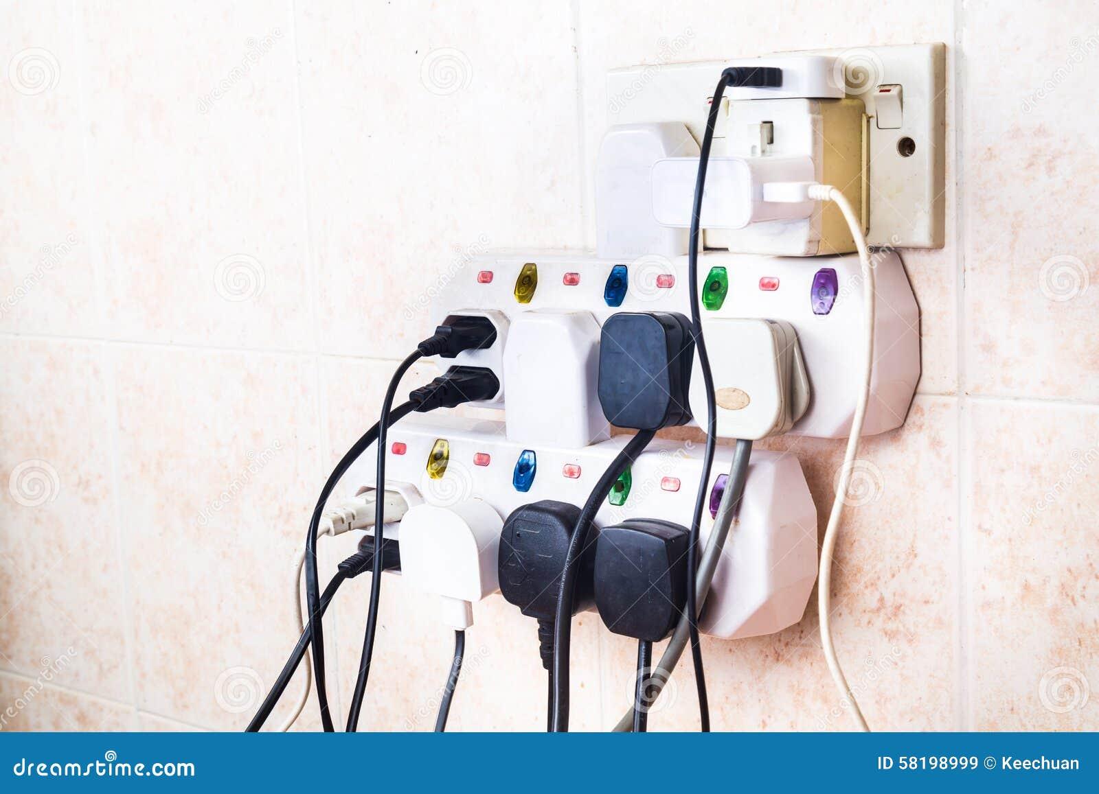 As tomadas múltiplas da eletricidade no adaptador arriscam sobrecarregar e dange
