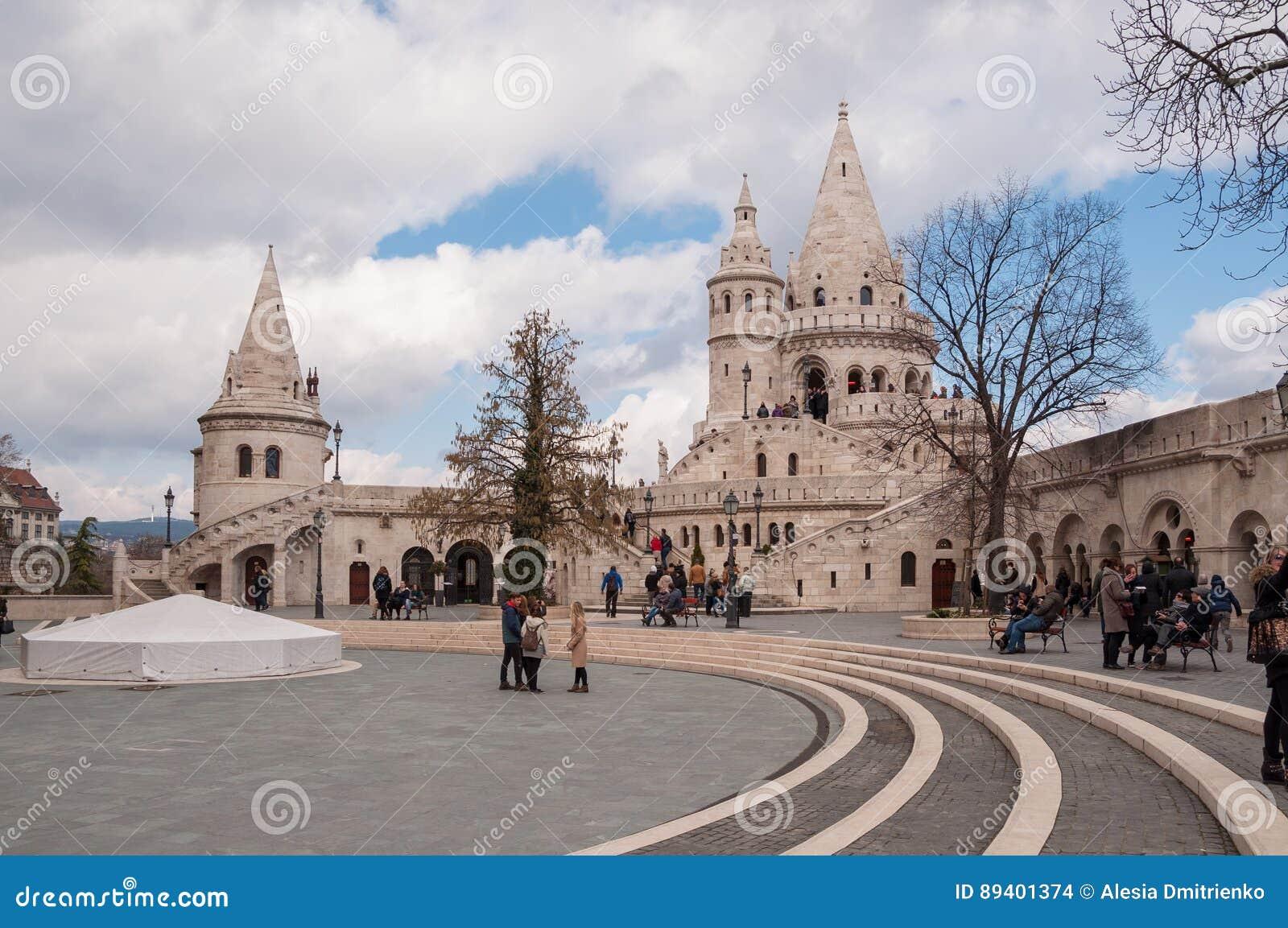 As torres do ` s do pescador fortificam situado no banco de Buda do Danúbio em Budapest, Hungria