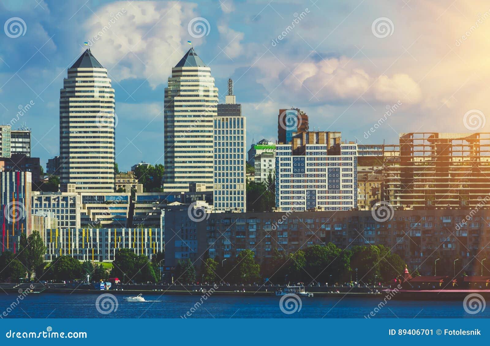 As torres juntam no banco de rio na cidade Dnipro