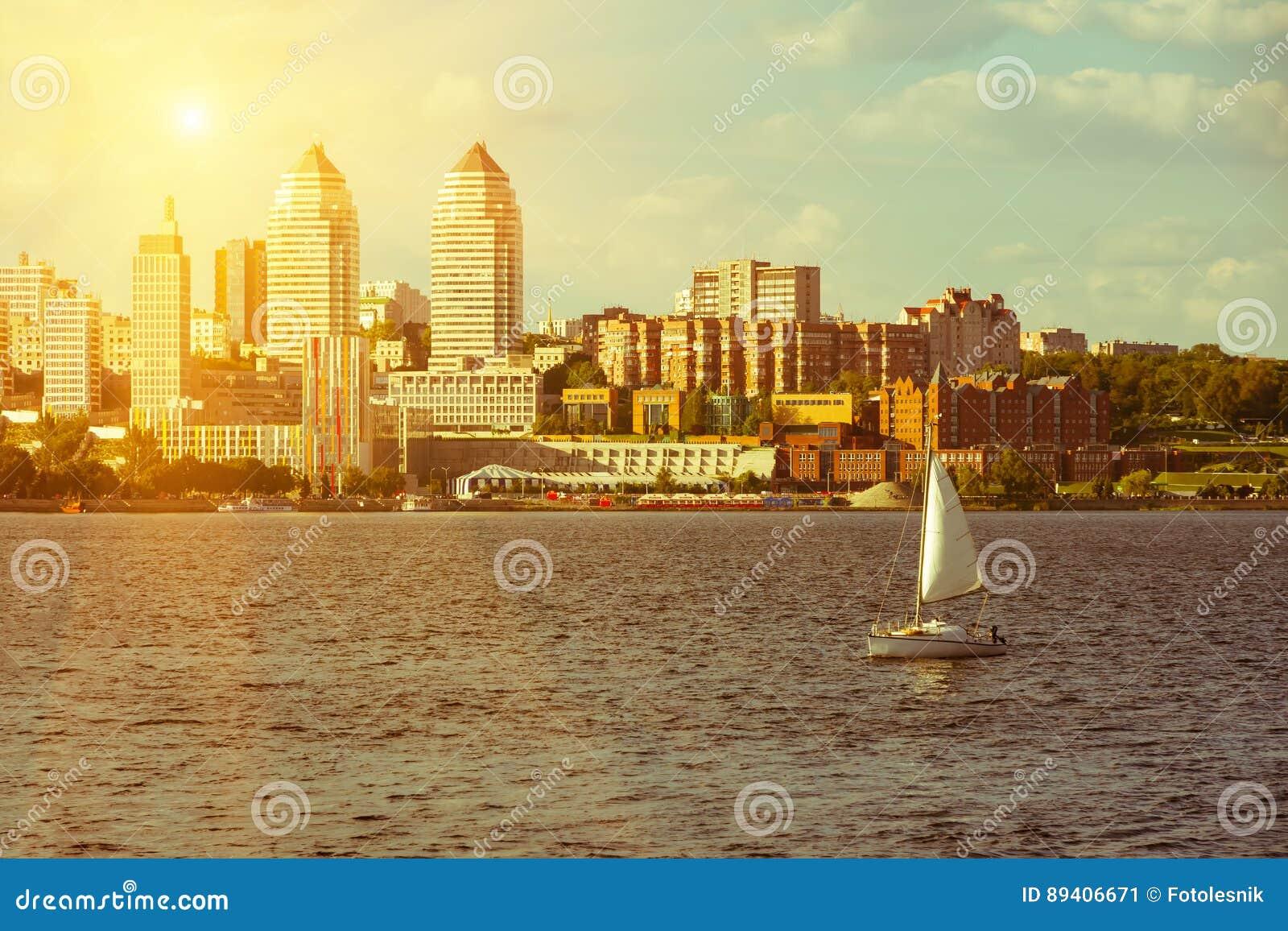 As torres juntam no iate do banco e do veleiro de rio