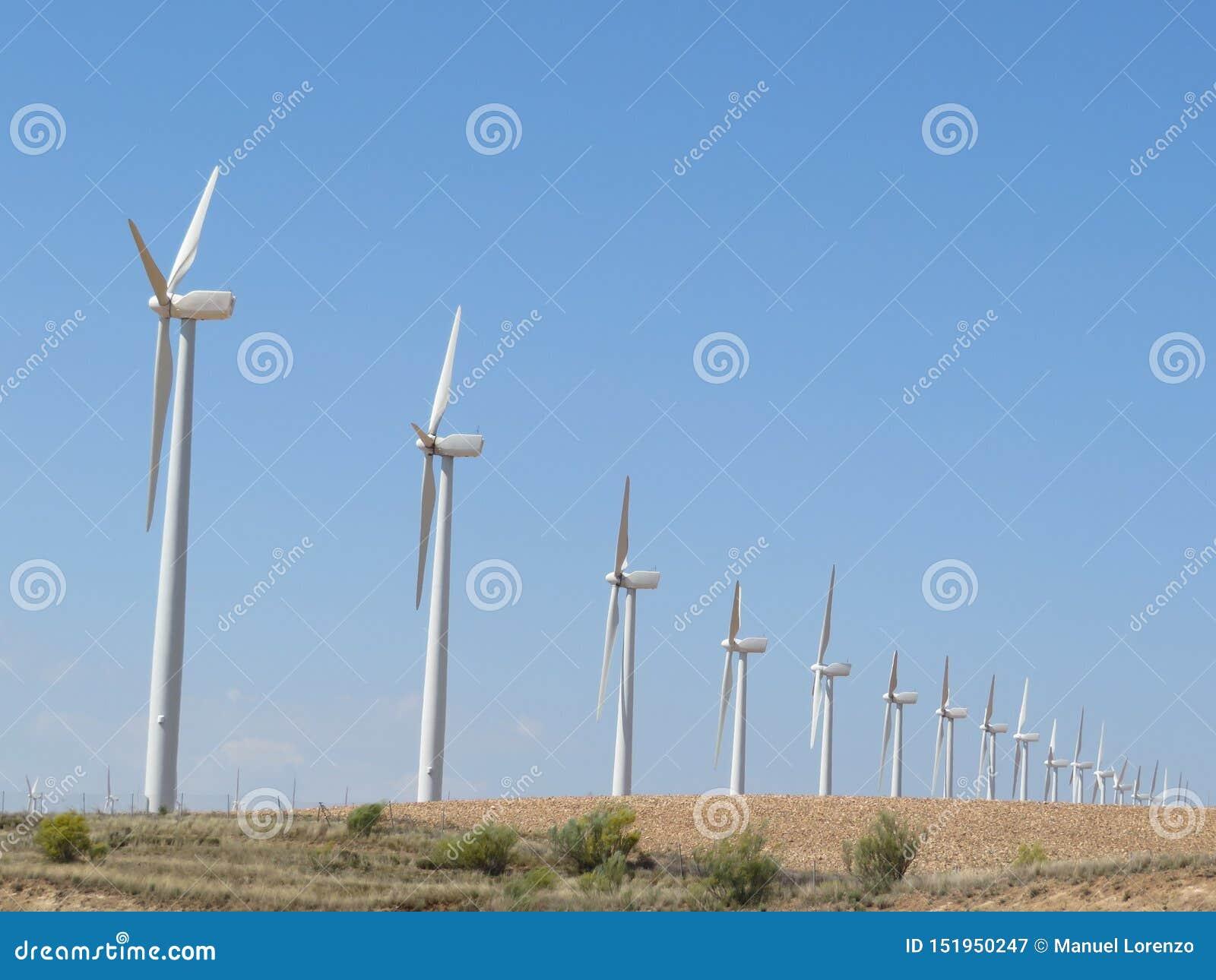 As turbinas eólicas bonitas aprontam-se para converter o ar a energia