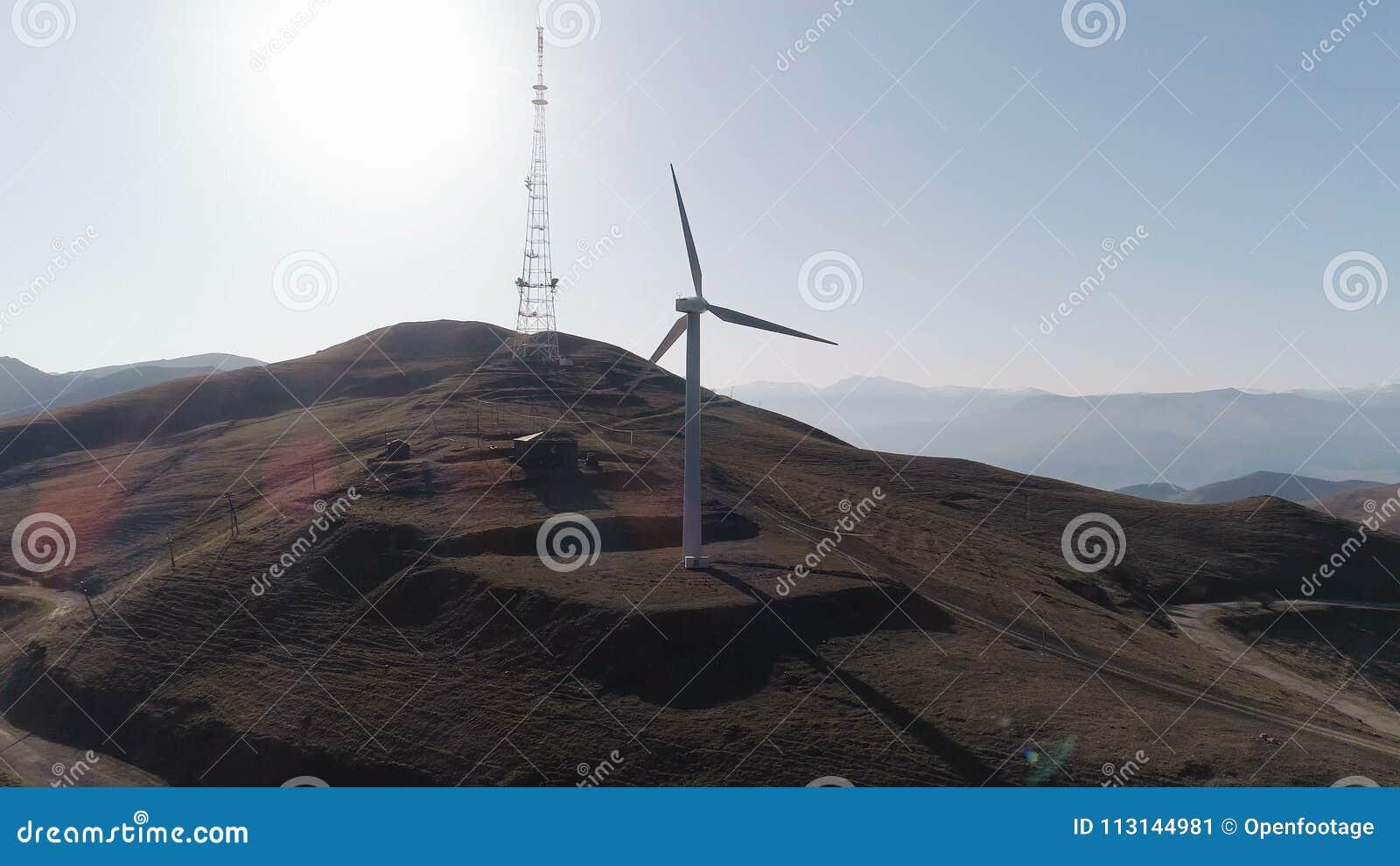 As turbinas eólicas criam a torre refrigerando de energia renovável do central elétrica no fundo vídeos de arquivo