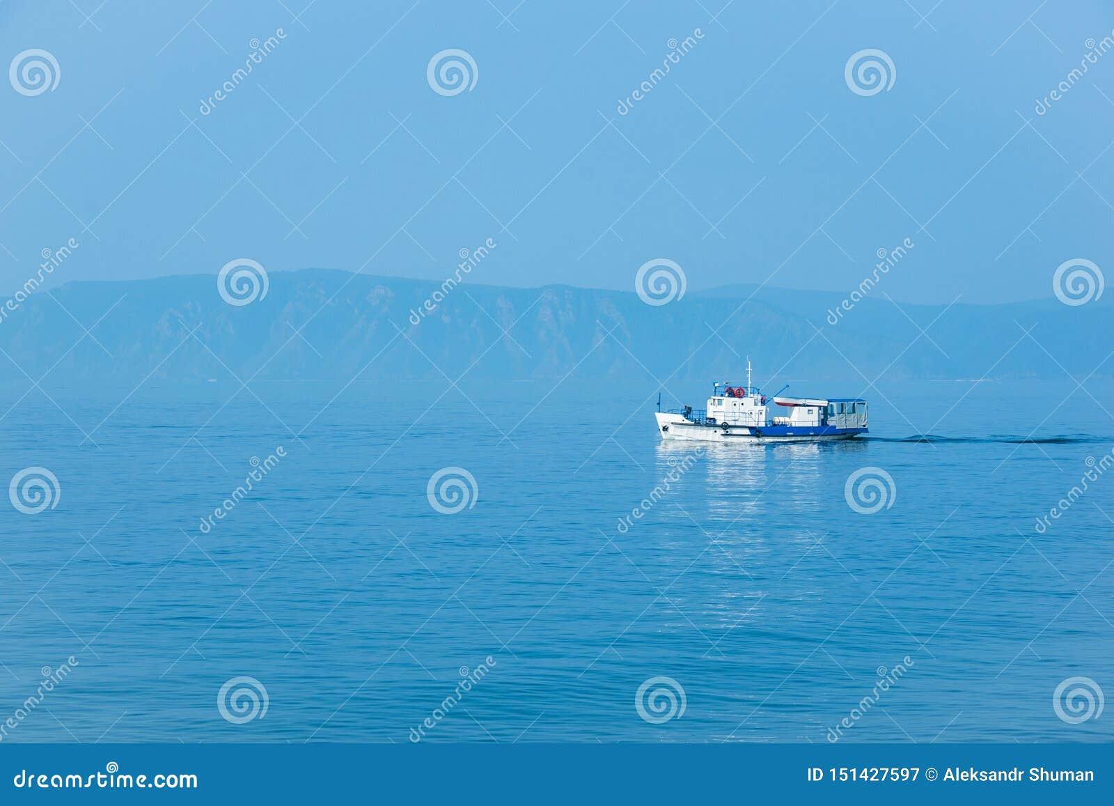 As velas brancas do navio no Lago Baikal