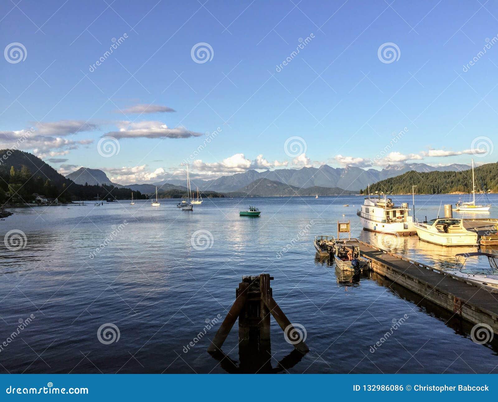 As vistas bonitas que olham para fora do porto em Gibsons
