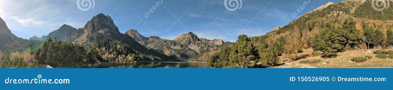 As vistas das montanhas entre o lago