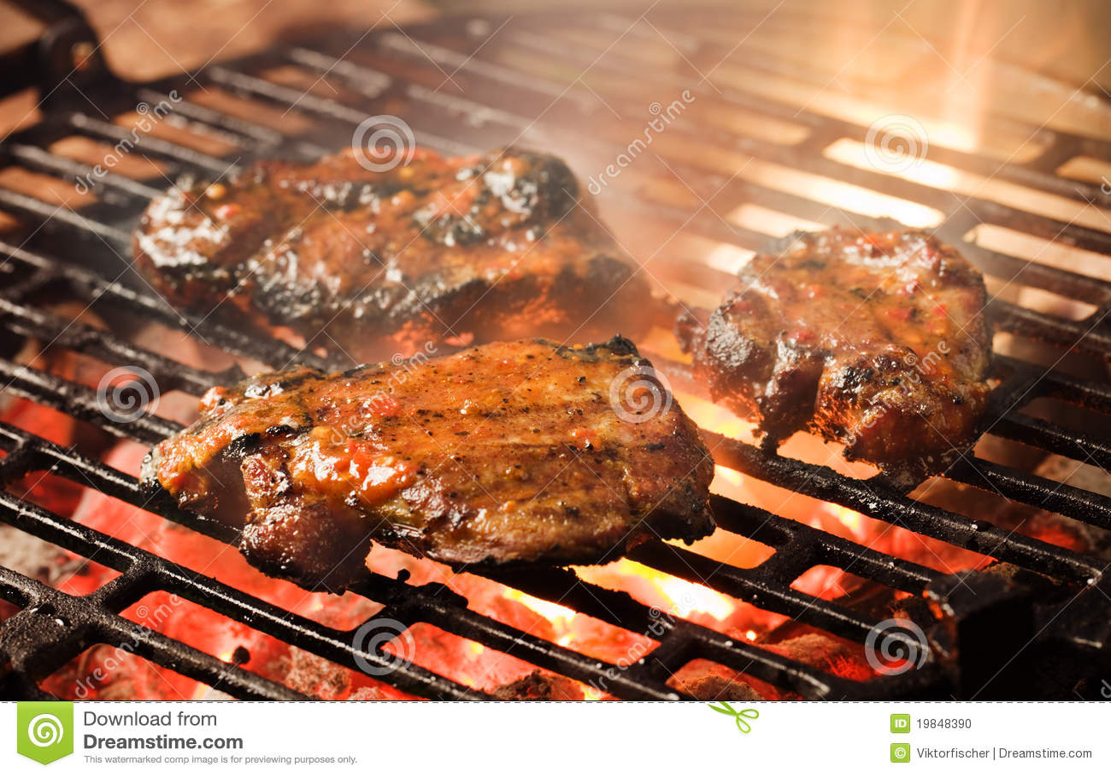 la parilla de la carne adobada en una parrilla del carbón de leña