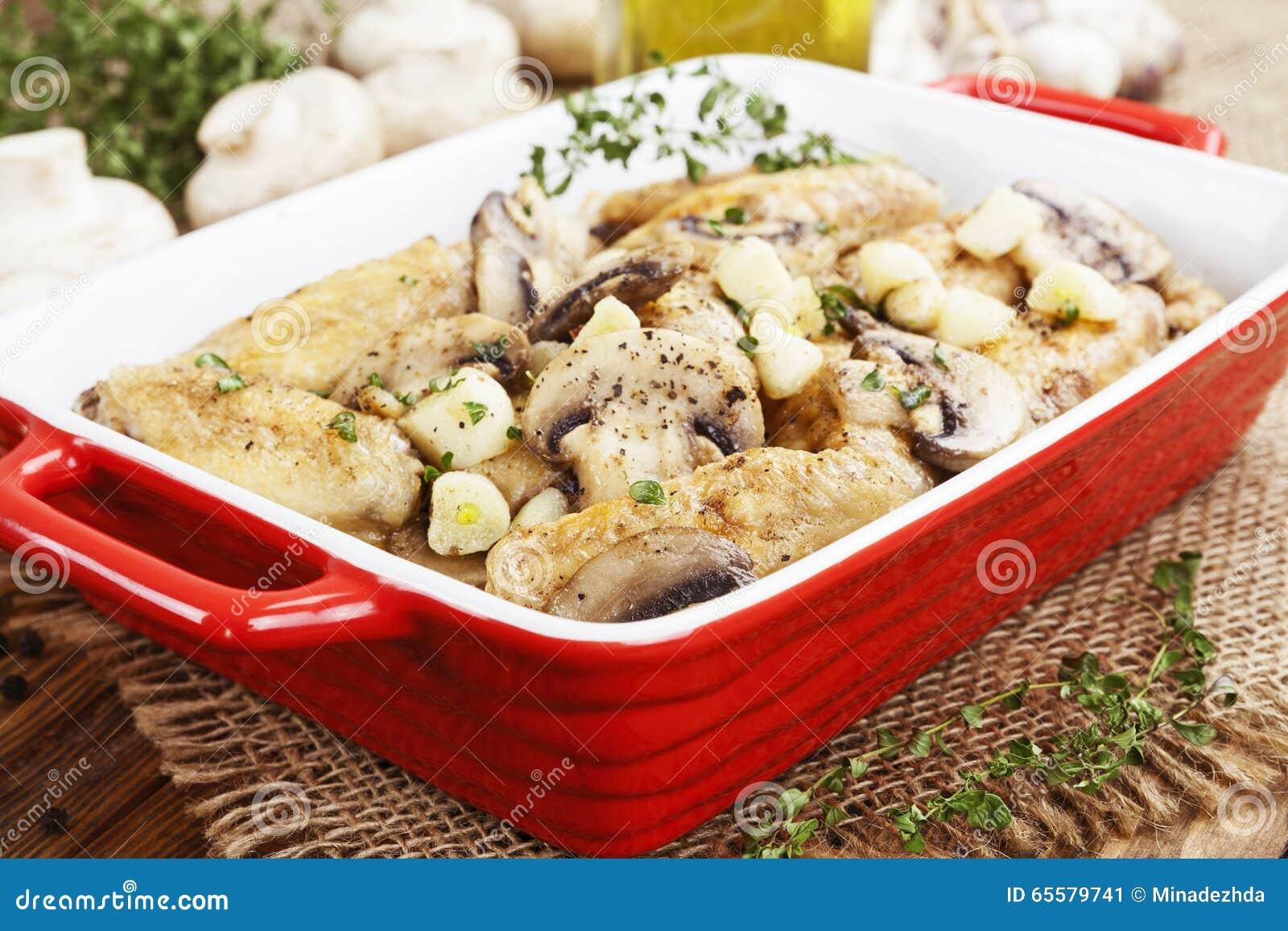 Asas de galinha cozidas com cogumelos