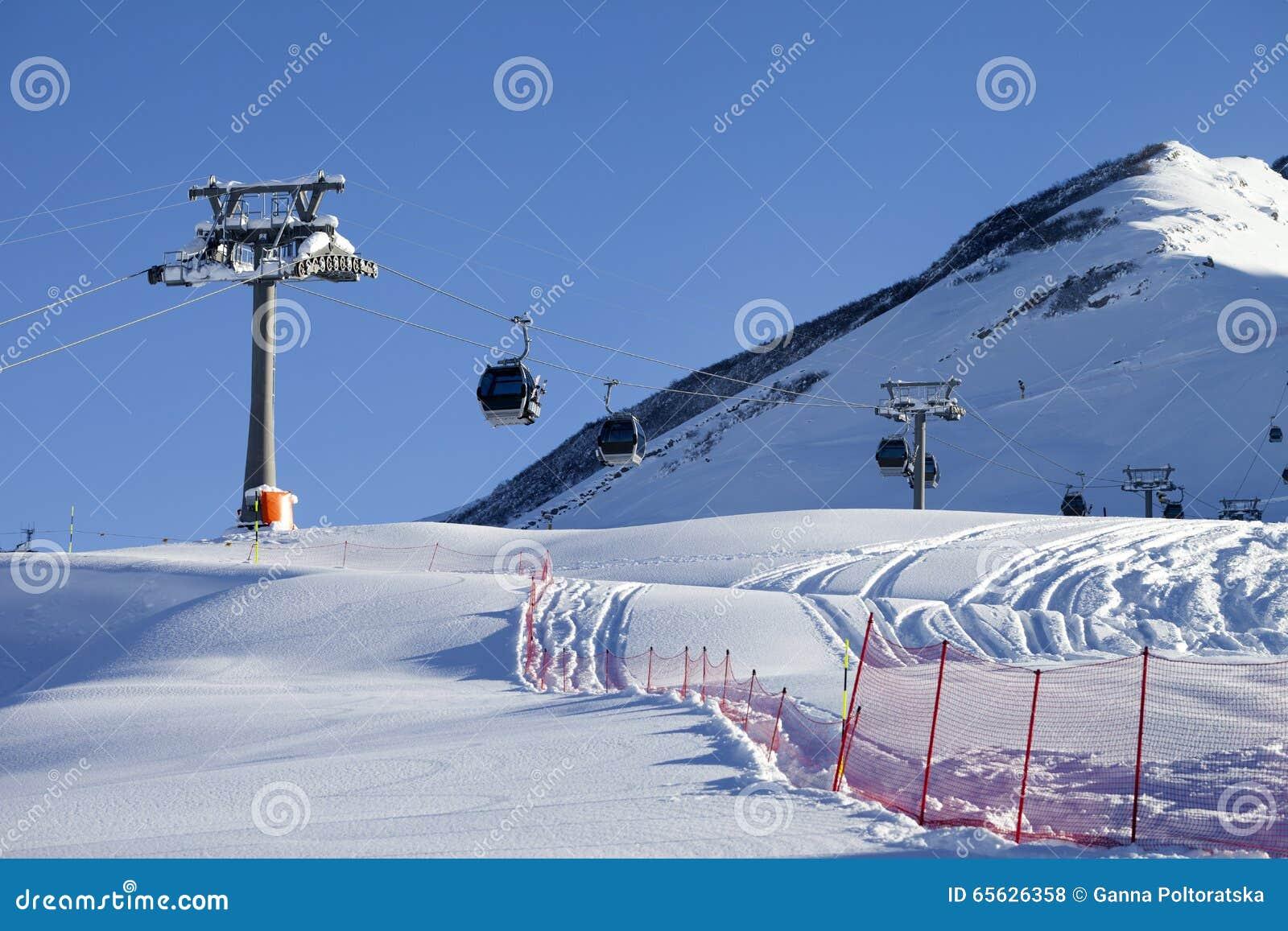 Ascenseur de gondole sur la station de sports d hiver au jour du soleil