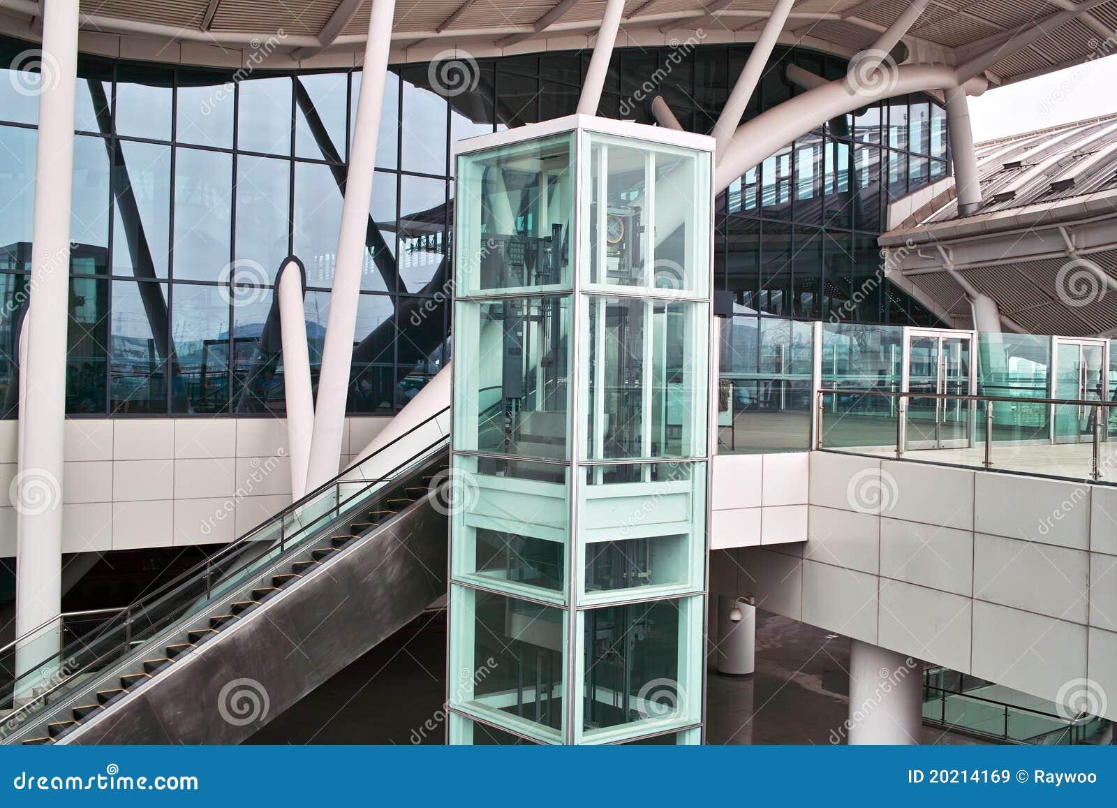 ascenseur et escalator en verre image stock image 20214169. Black Bedroom Furniture Sets. Home Design Ideas