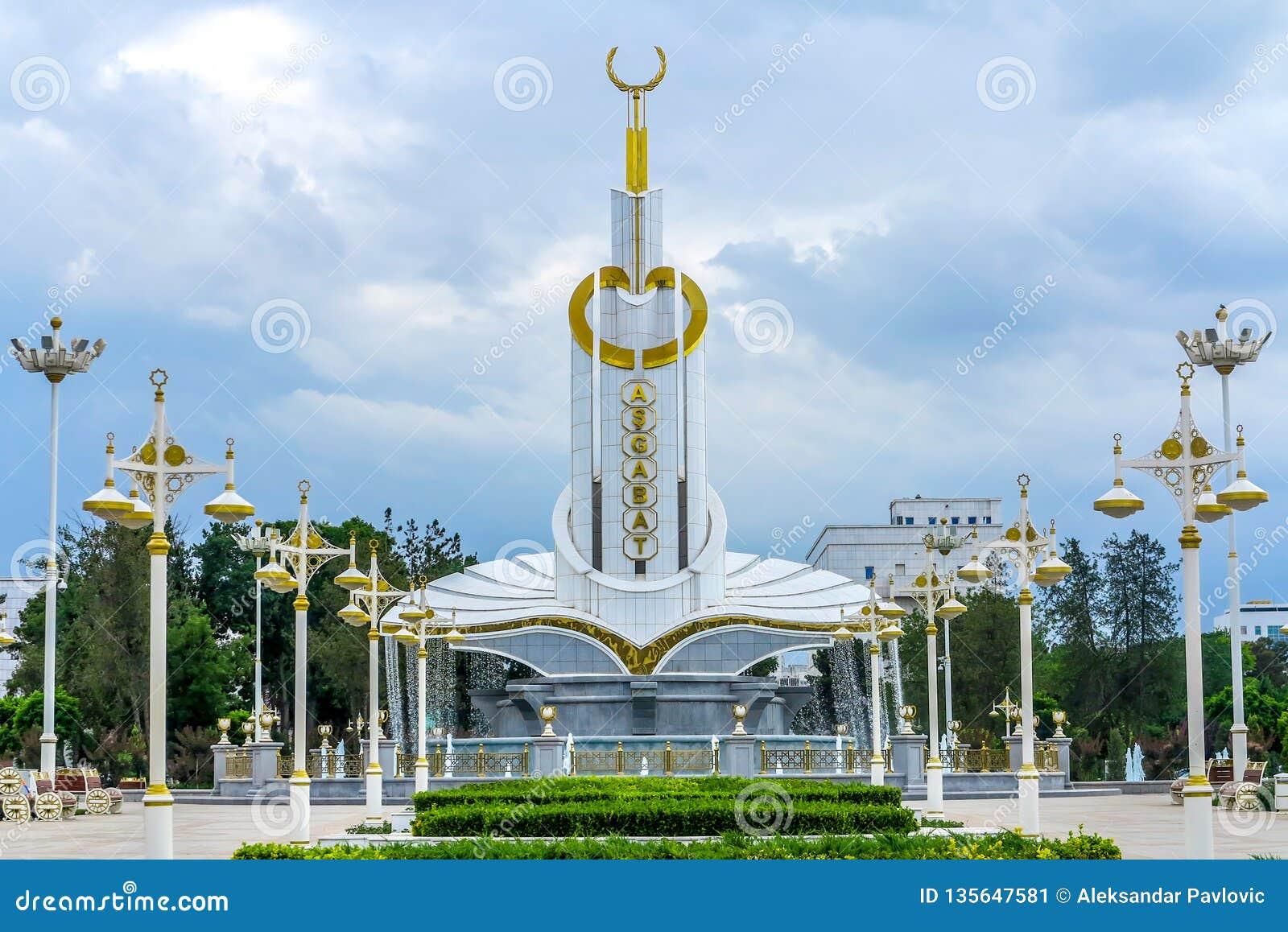 Aschgabat-Monument mit Kranz