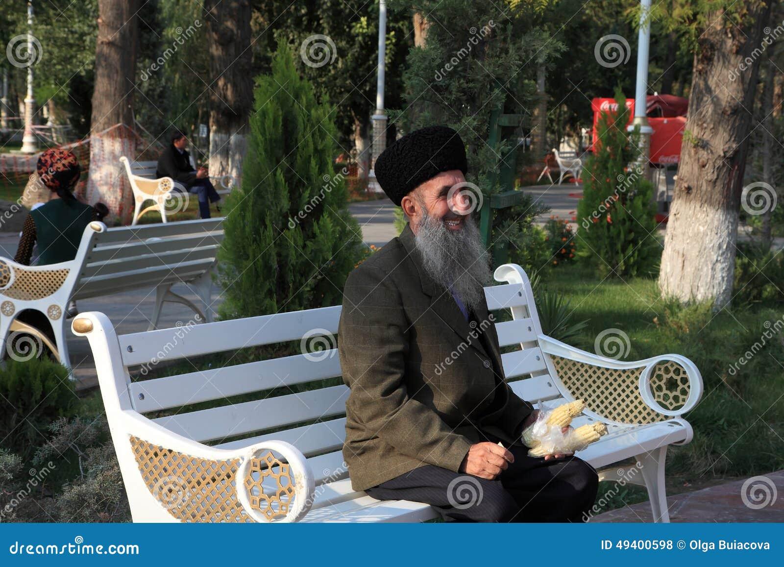 Download Aschgabat, Turkmenistan - 10. Oktober 2014 Älterer Lächelnder Mann S Redaktionelles Stockfoto - Bild von grün, asien: 49400598