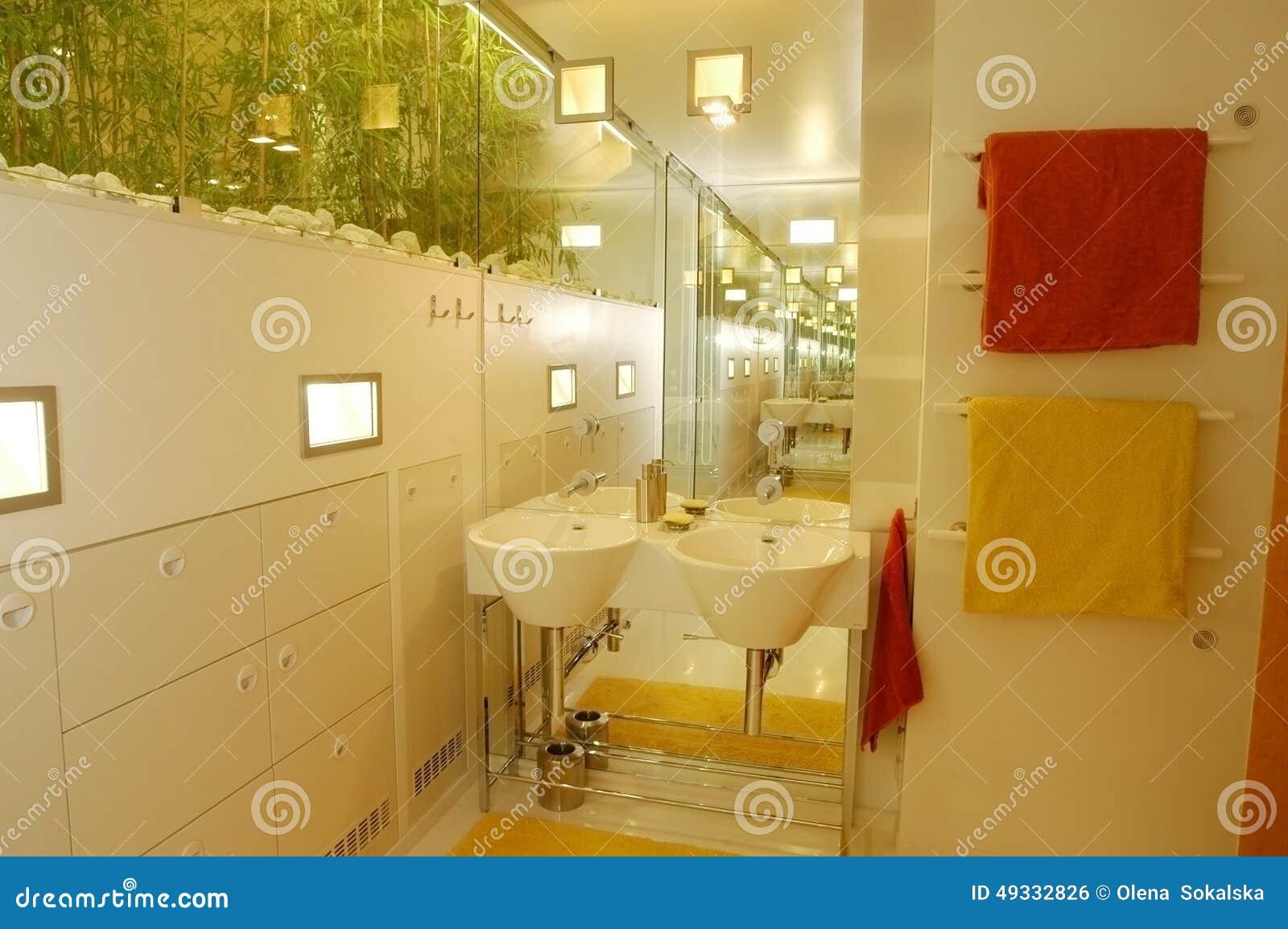 Asciugamani vicino al lavandino in bagno fotografia stock immagine