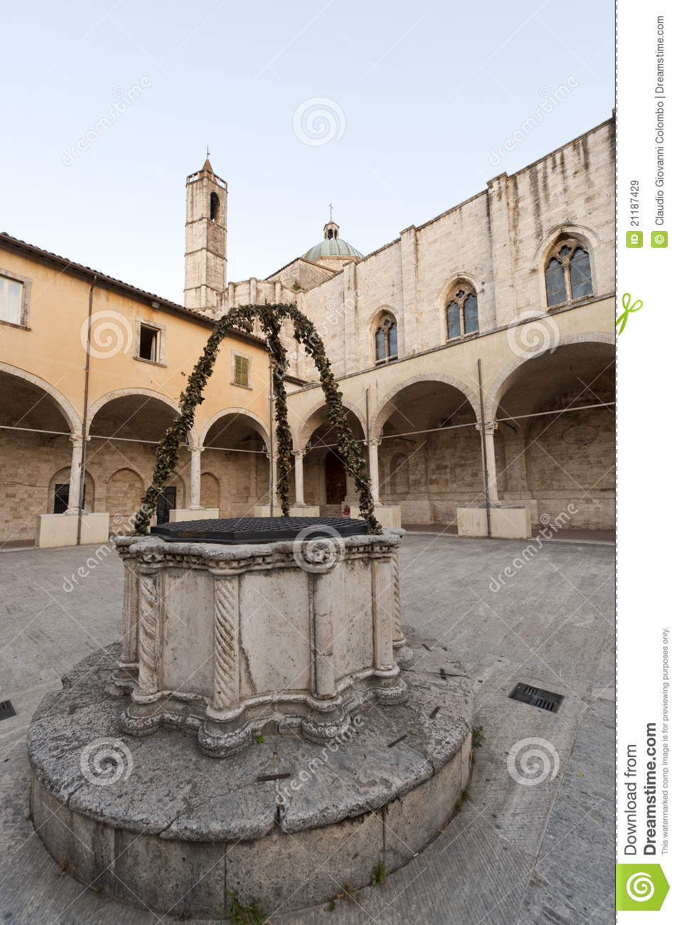 Ascoli Piceno (Marches, Italy):Cloister with well