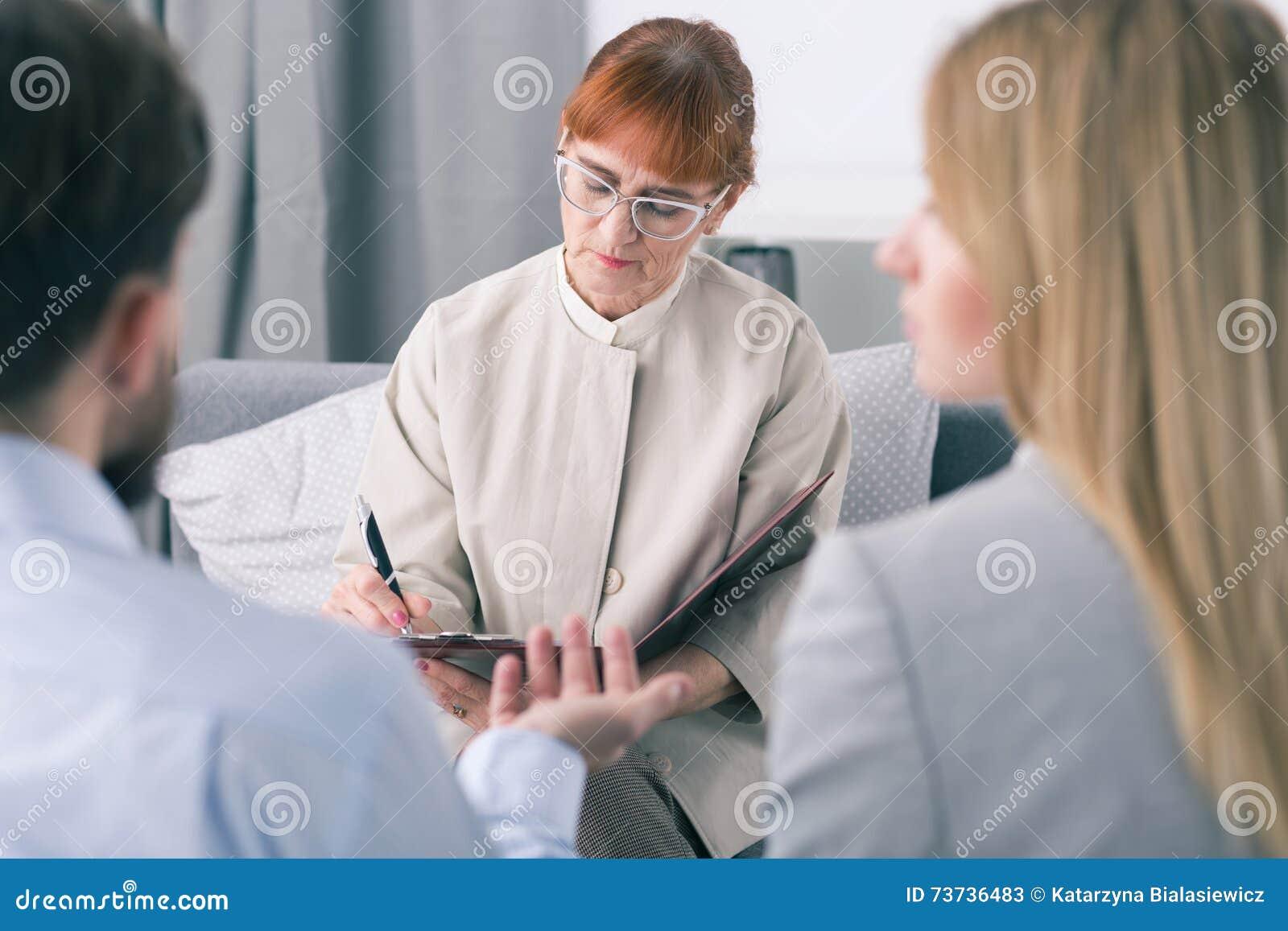 Ascoltare meticoloso i problemi coniugali è il suo lavoro