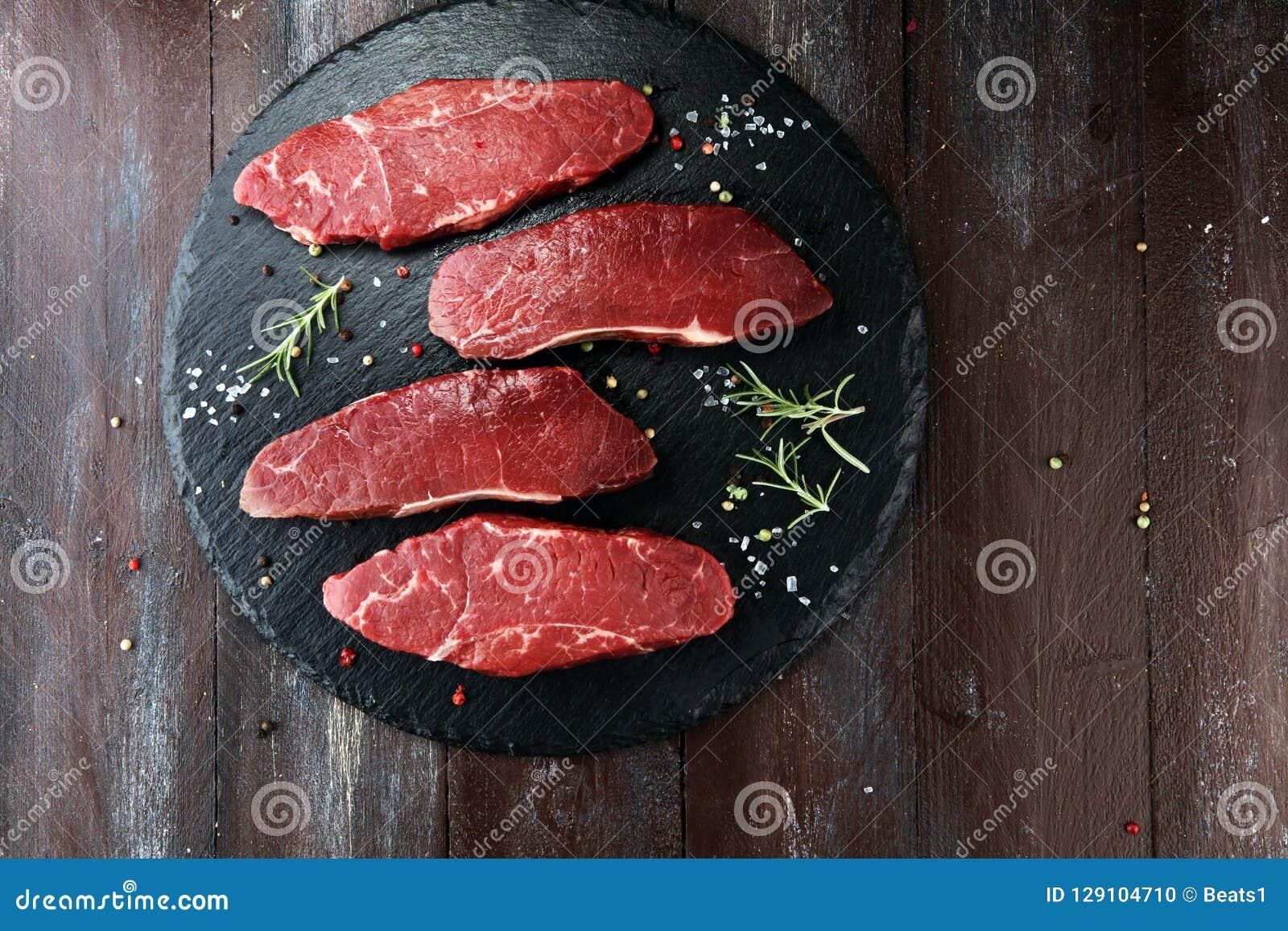 Ase a la parilla el filete de grupa, filete envejecido seco en fondo rústico