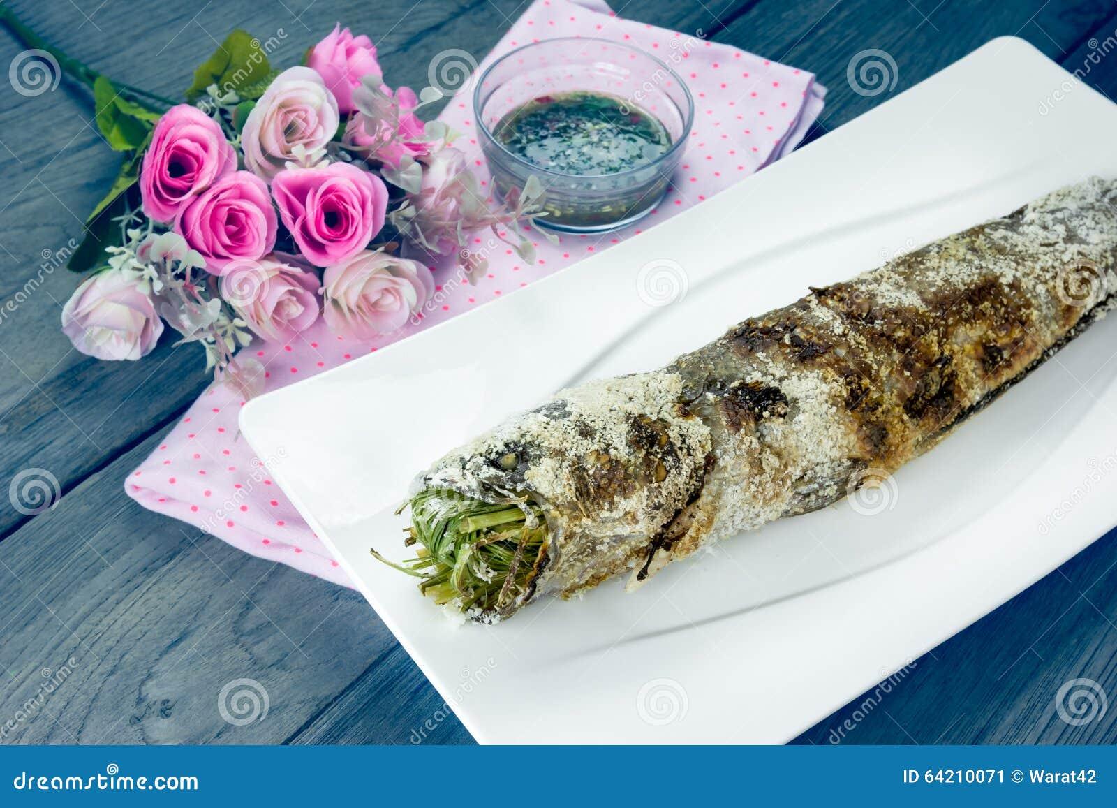Ase a la parrilla los pescados rayados del snakehead con la sal cubierta, efecto del filtro