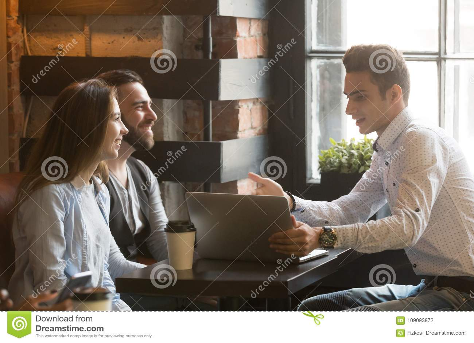 Asekuracyjny makler lub sprzedawca robi ofercie para w kawiarni