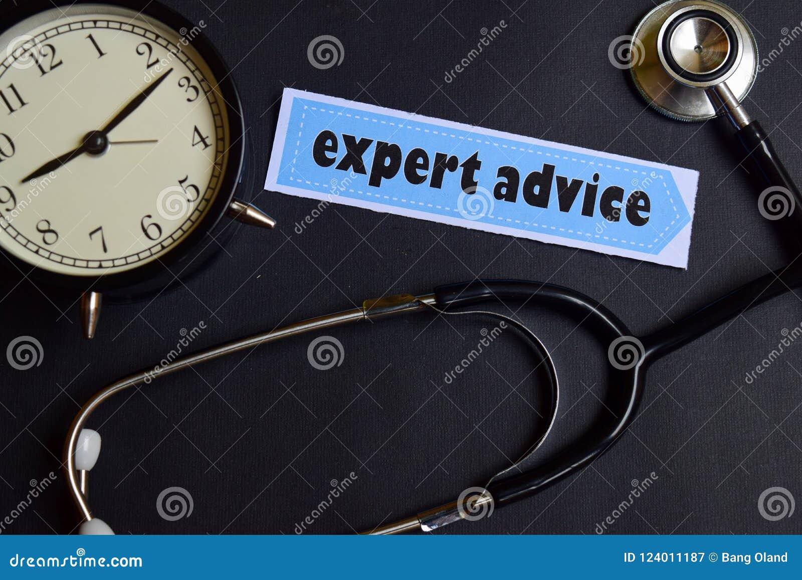 Asesoramiento de experto sobre el papel con la inspiración del concepto de la atención sanitaria despertador, estetoscopio negro