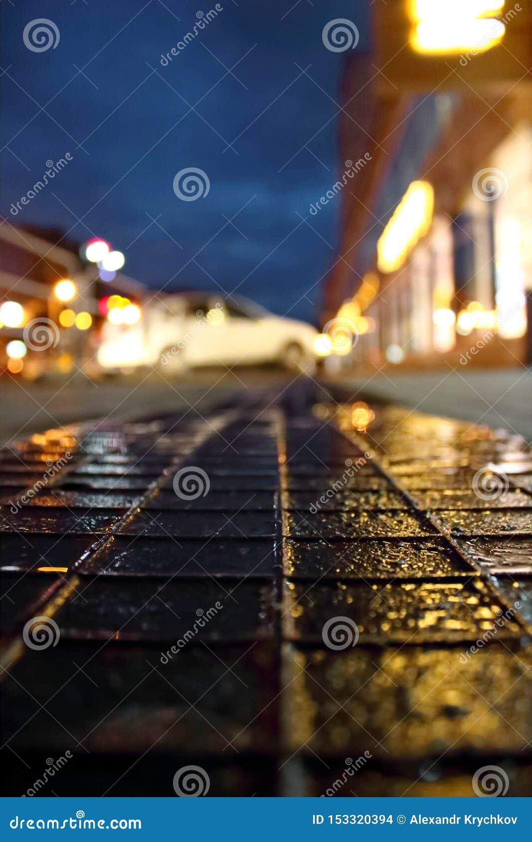 Asfalt po deszczu w nocy mieście