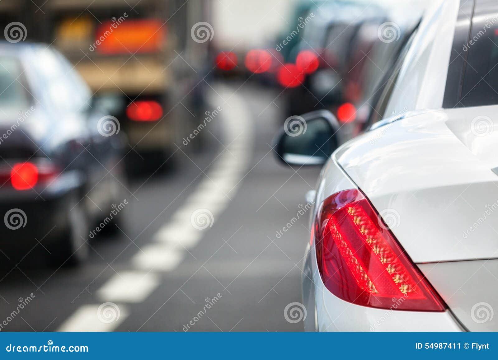 Asfaltbilar sitter fast den seamless trafikvektorwallpaperen