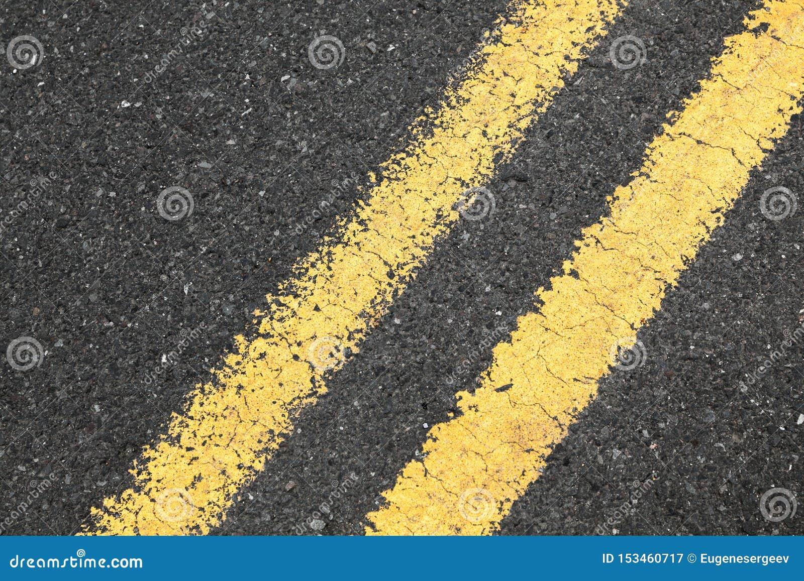 Asfaltera vägen med den gula delande linjen
