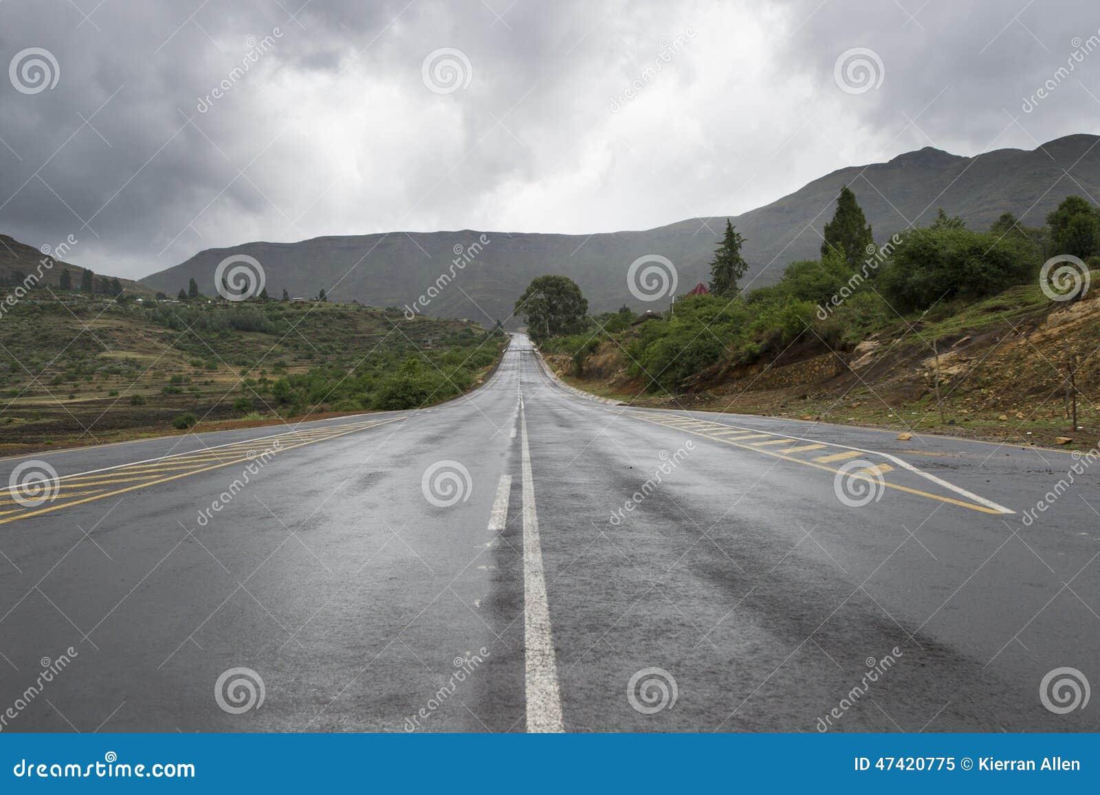 Asfaltowa droga prowadzi w odległość