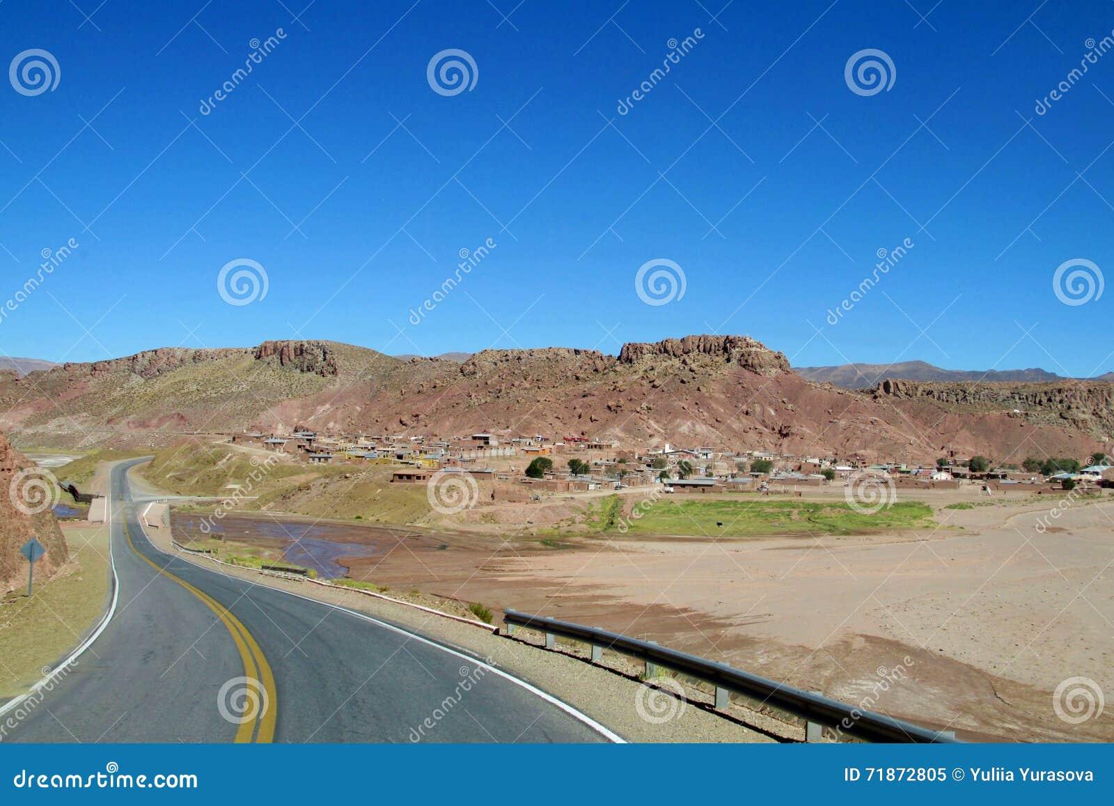Asfaltowa droga przy altiplano