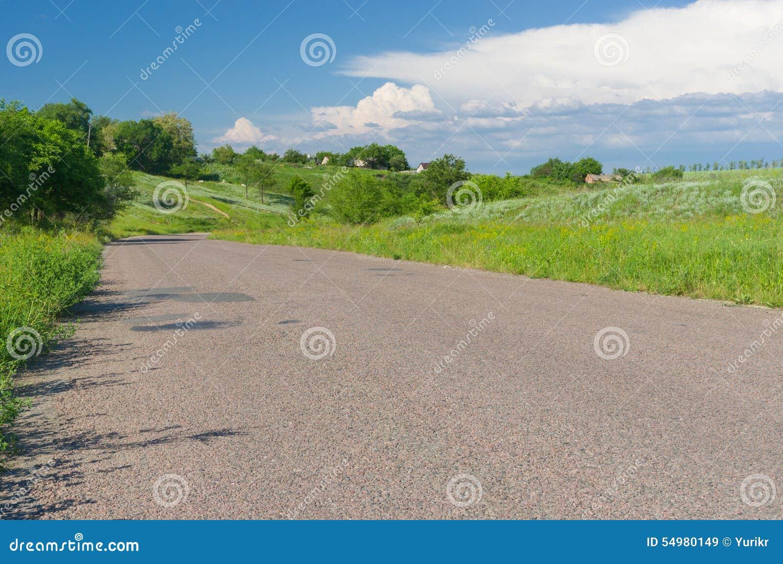 Asfaltväg i landsbygd