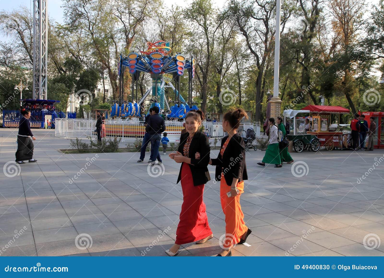 Ashgabad, Turkmenistan - Oktober 10, 2014 Niet geïdentificeerde youn twee