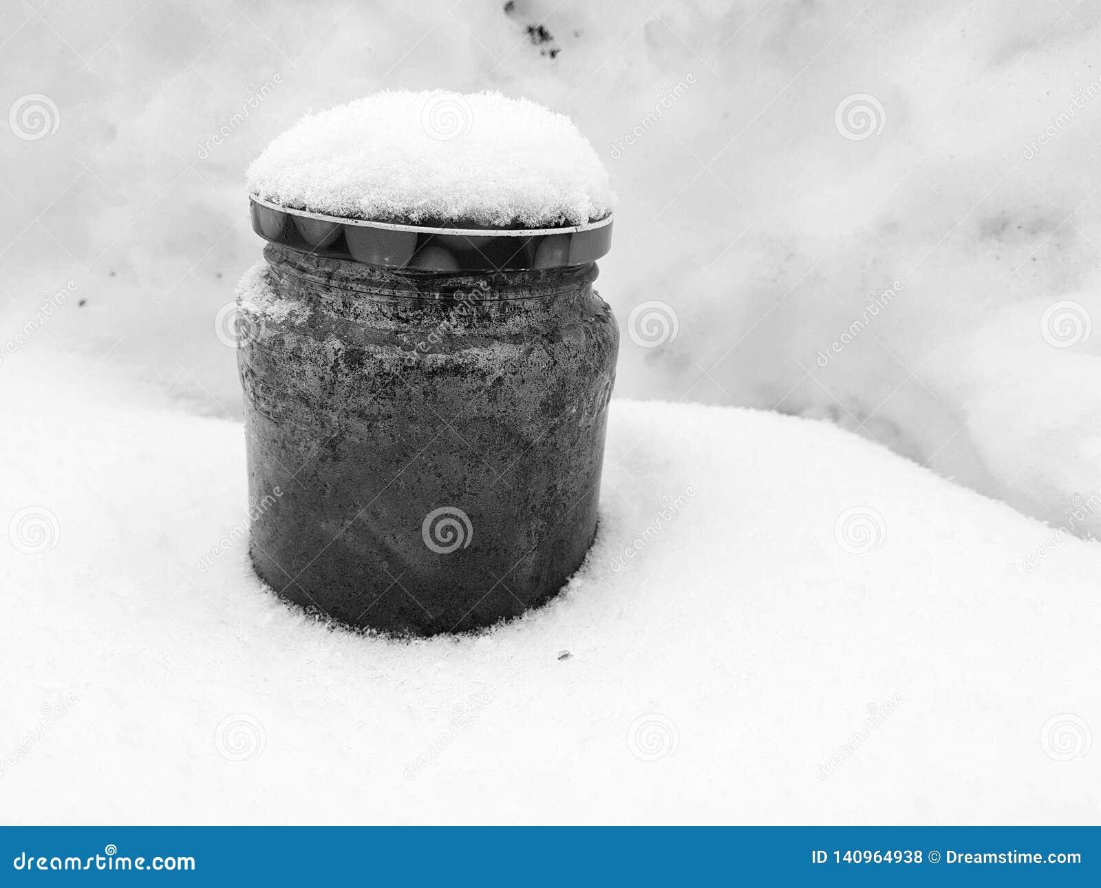 Ashtray - τράπεζα με τις άκρες τσιγάρων στο χιόνι